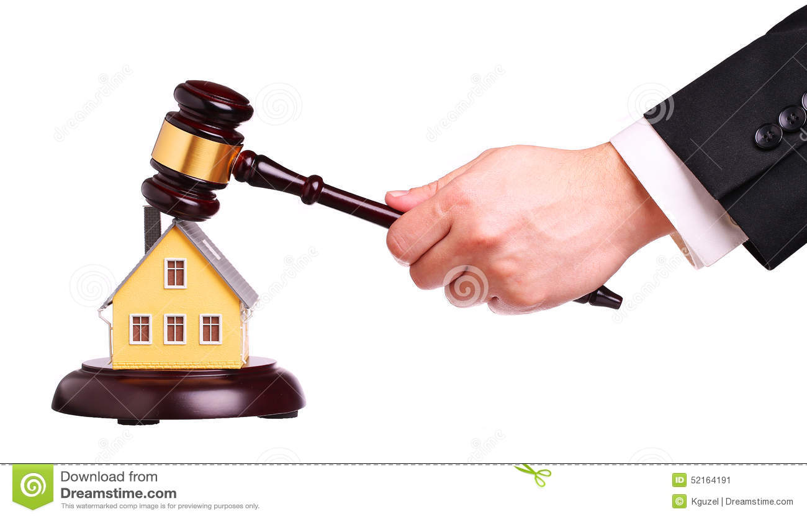 Conceito da venda da casa com martelo à disposição