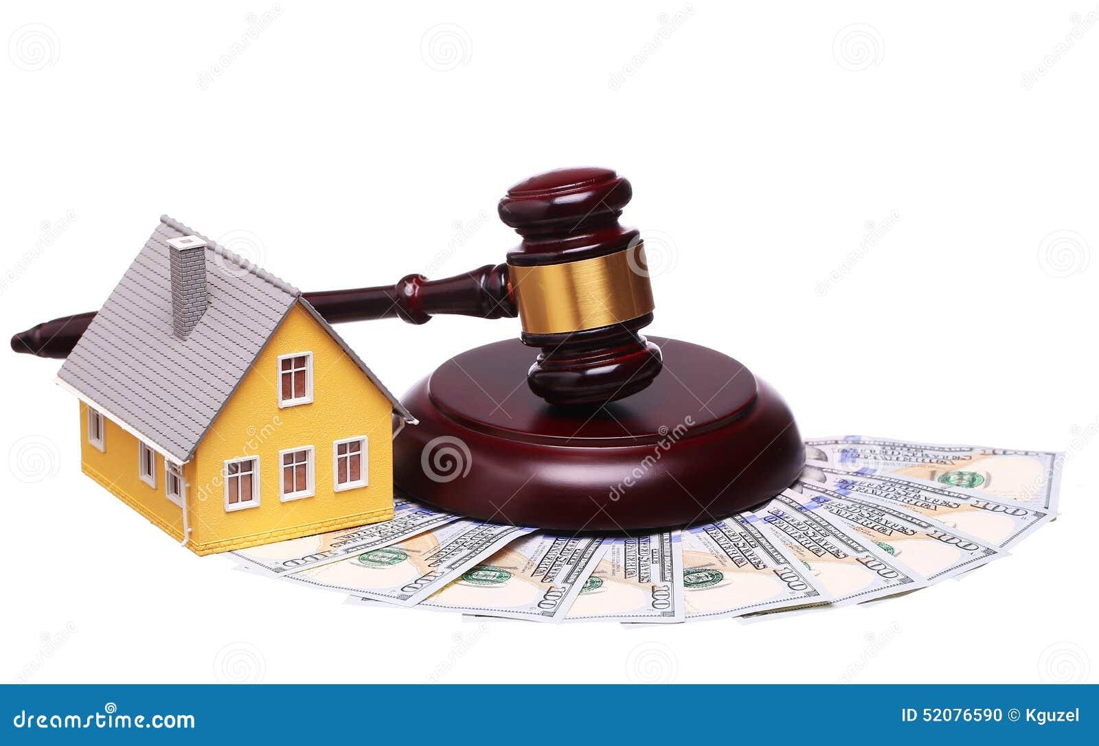 Conceito da venda da casa com martelo e dinheiro