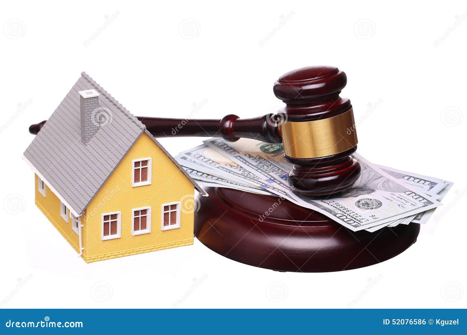 Conceito da venda da casa com o martelo e o dinheiro isolados