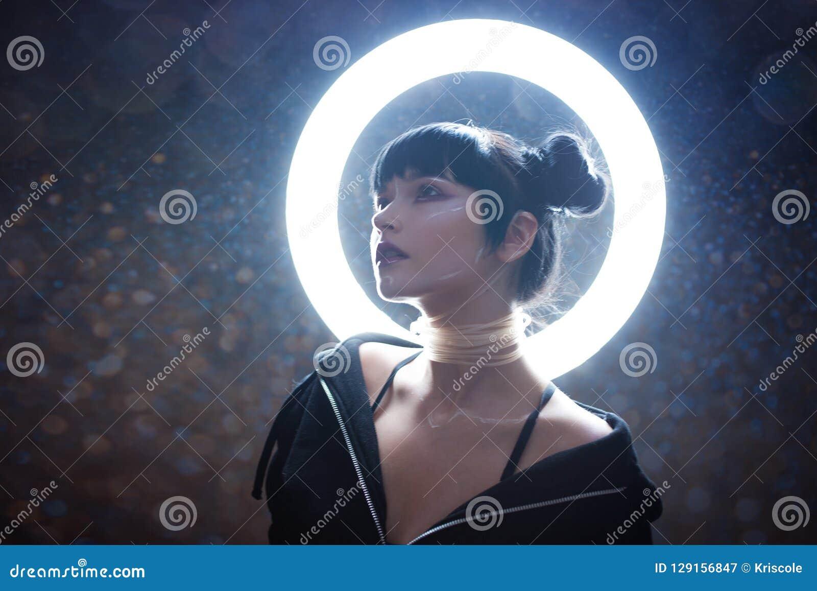 Conceito da vida artificial Jovem mulher bonita, estilo futurista