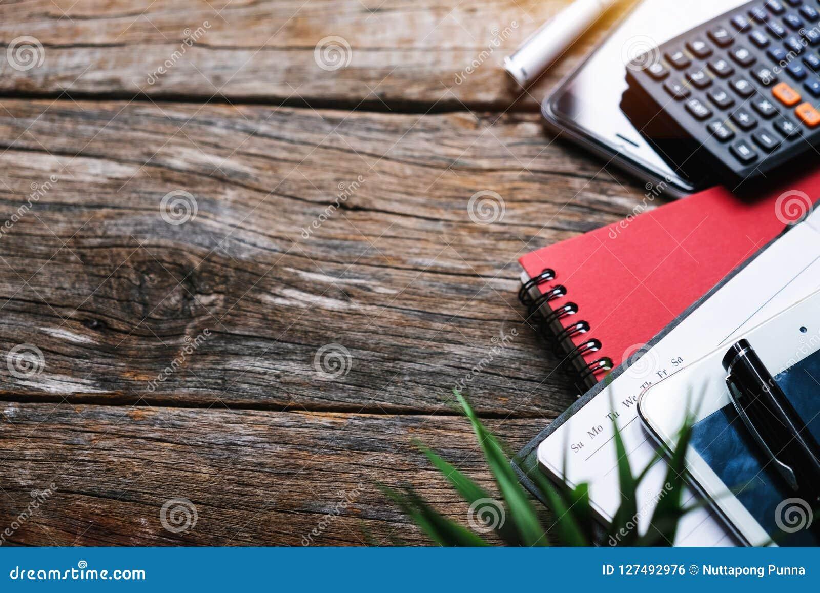 Conceito da vista superior com agenda, telefone celular, tabuleta e calculadora