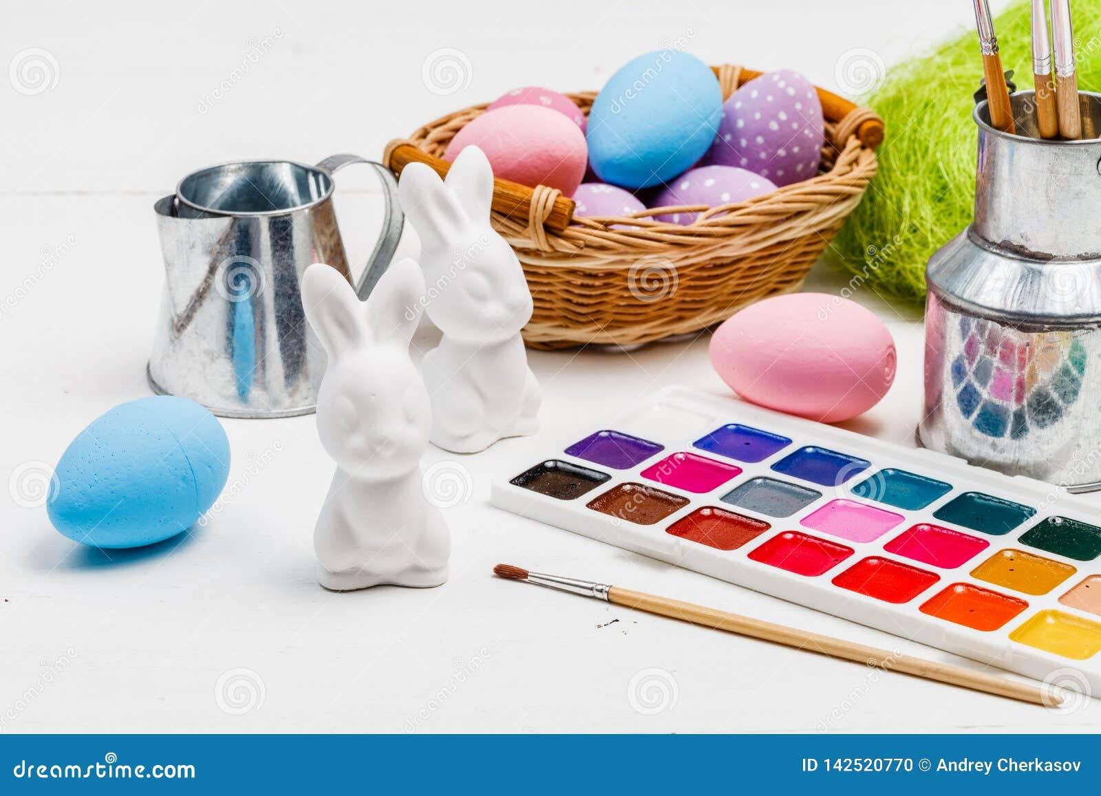 Conceito de Art Happy Easter Sunday que pinta os ovos da páscoa para a Páscoa do feriado do festival do dia da Páscoa