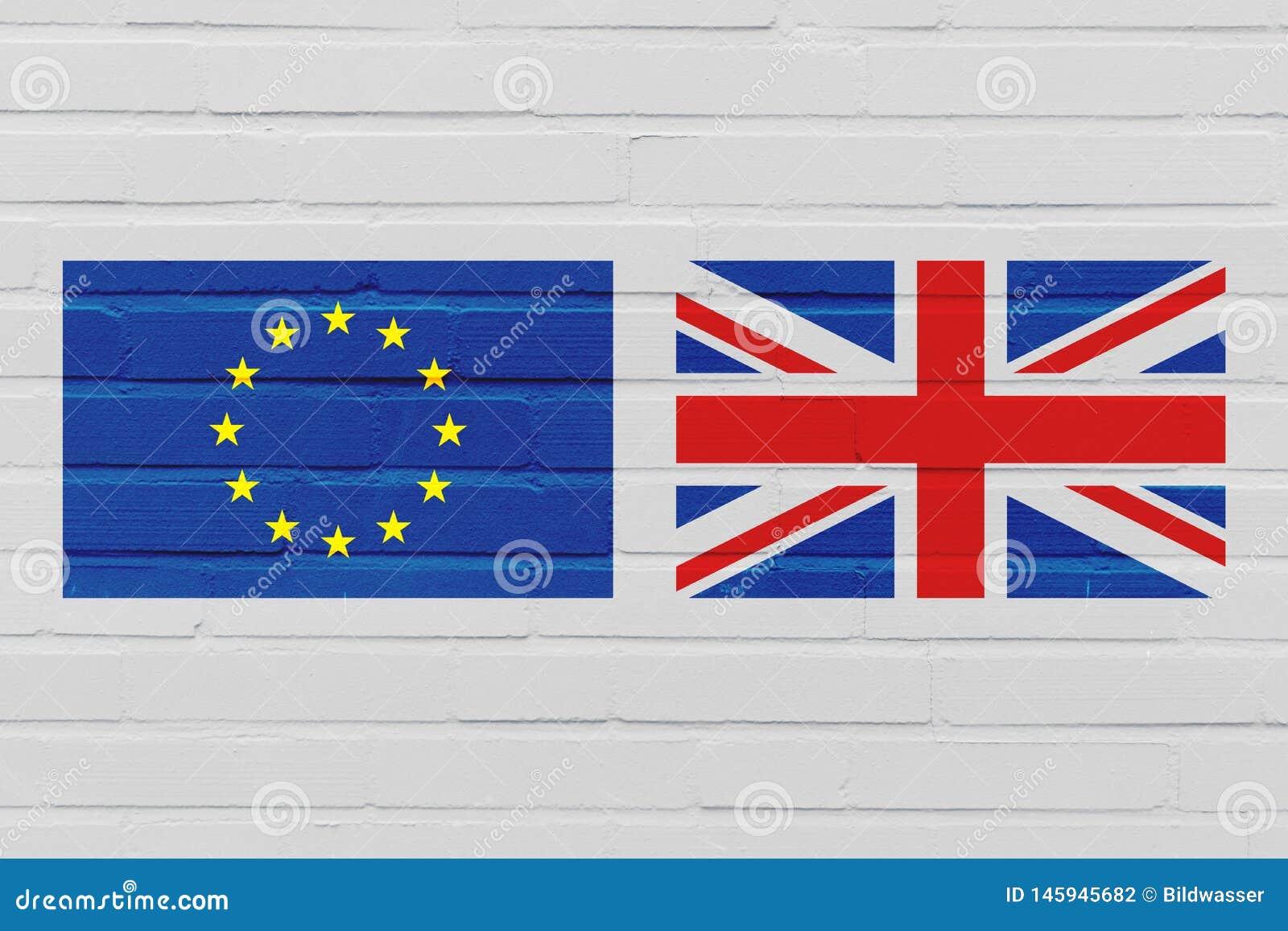 Conceito de Brexit com a bandeira da União Europeia e do Reino Unido na parede de tijolo