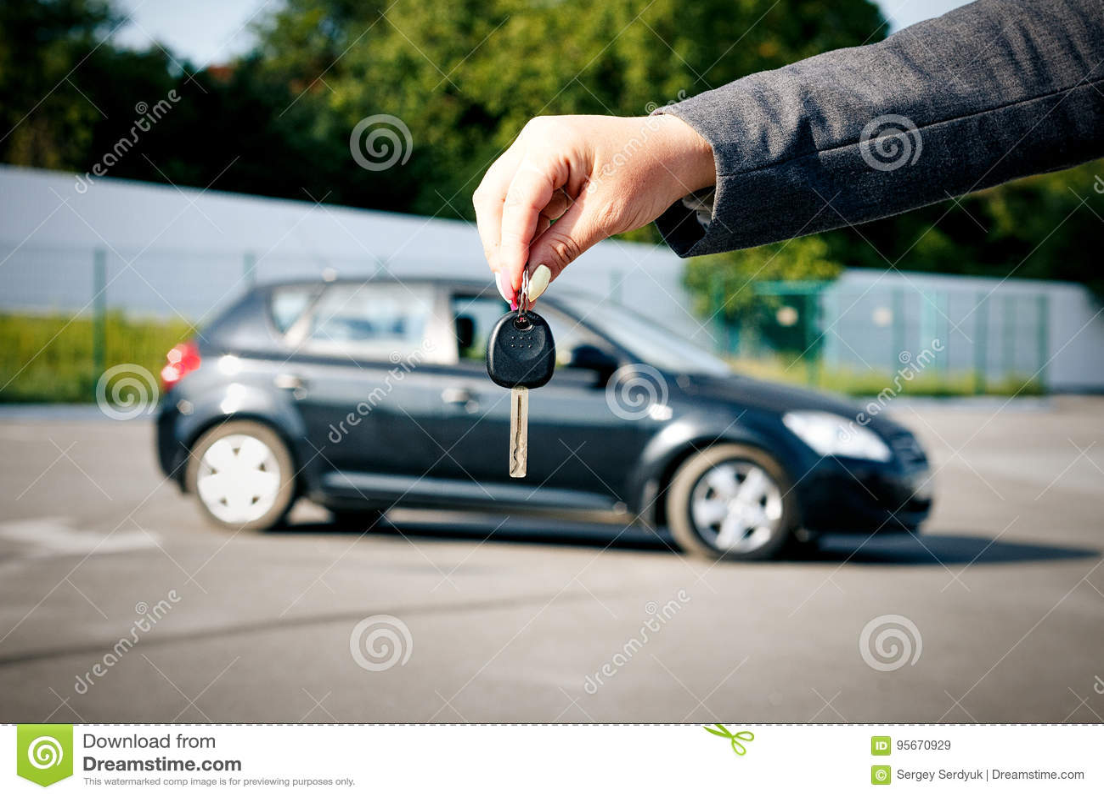 Conceito de comprar, de vender e de alugar um carro Uma posse fêmea da mão