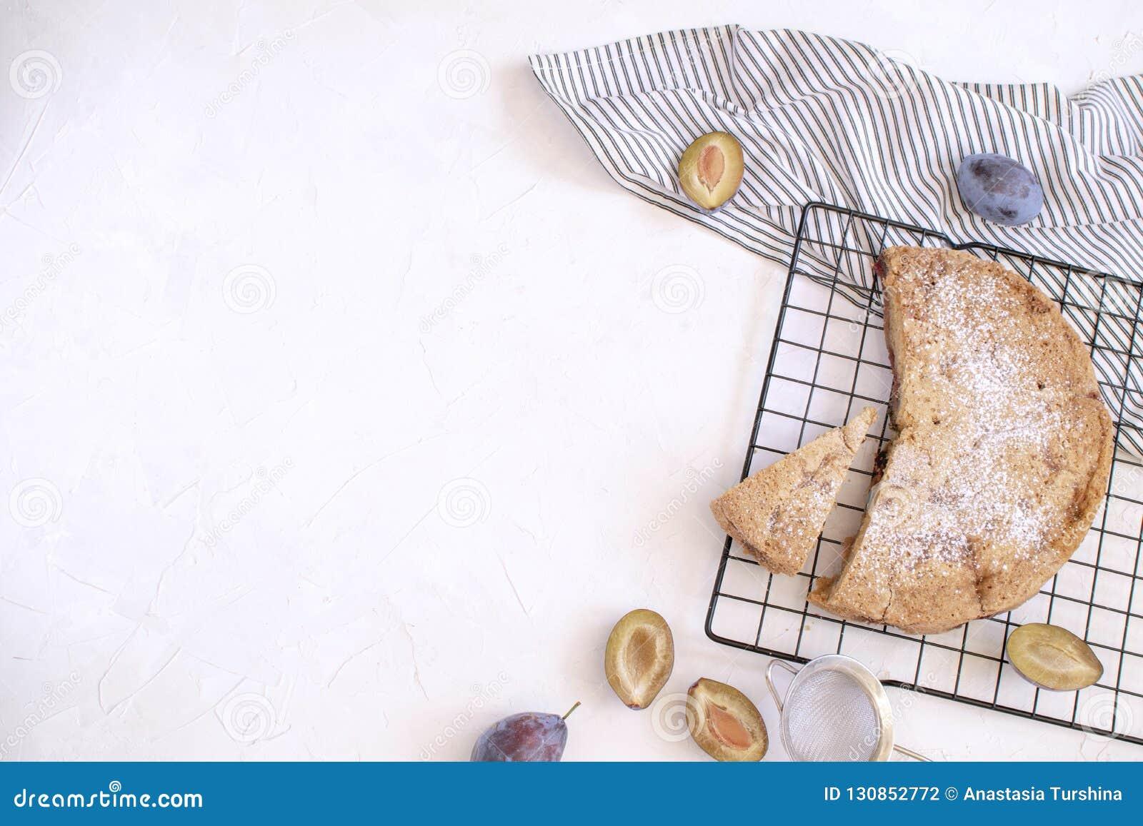 Conceito de cozimento do outono - torta da ameixa