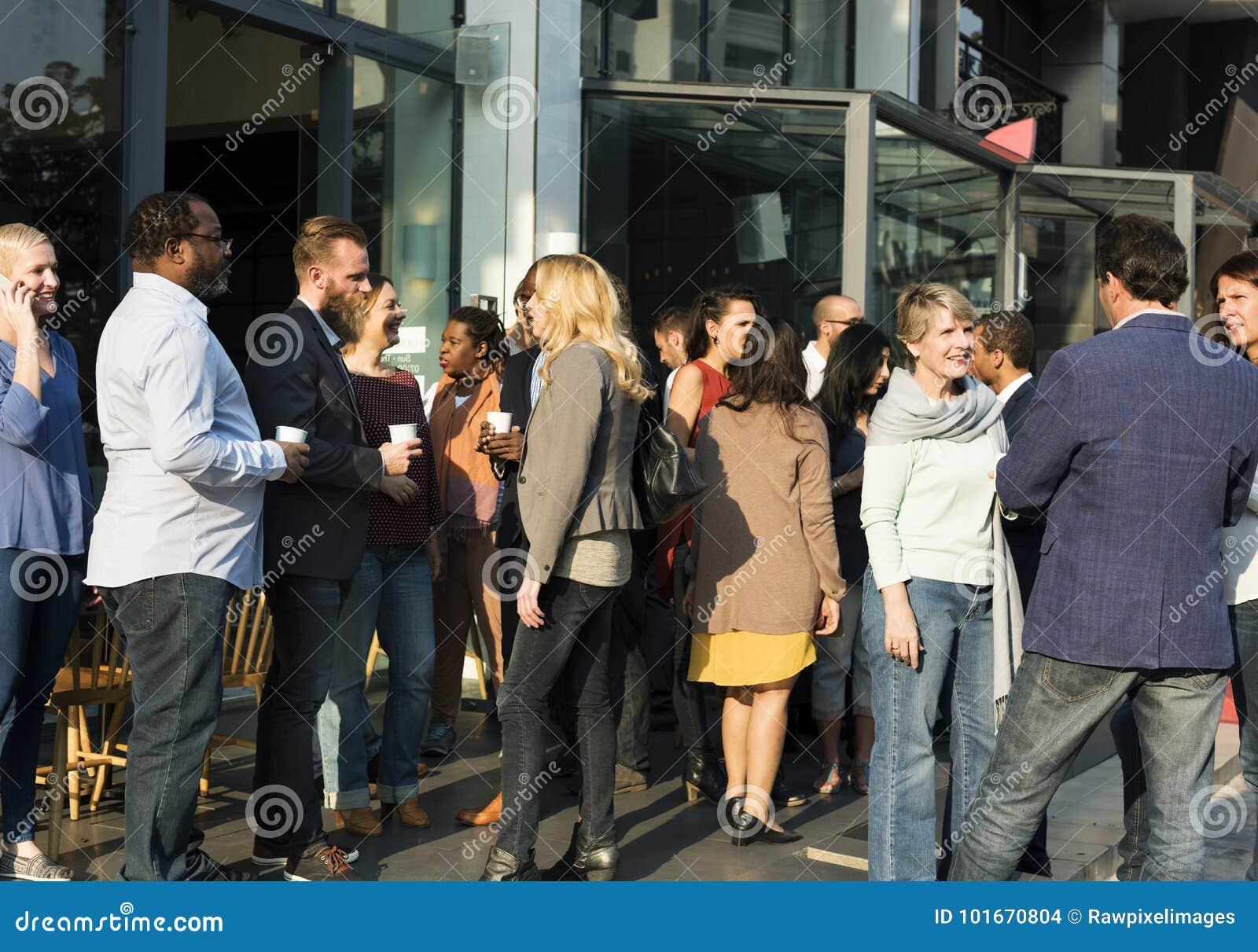 Conceito de fala da felicidade de uma comunicação dos povos do partido