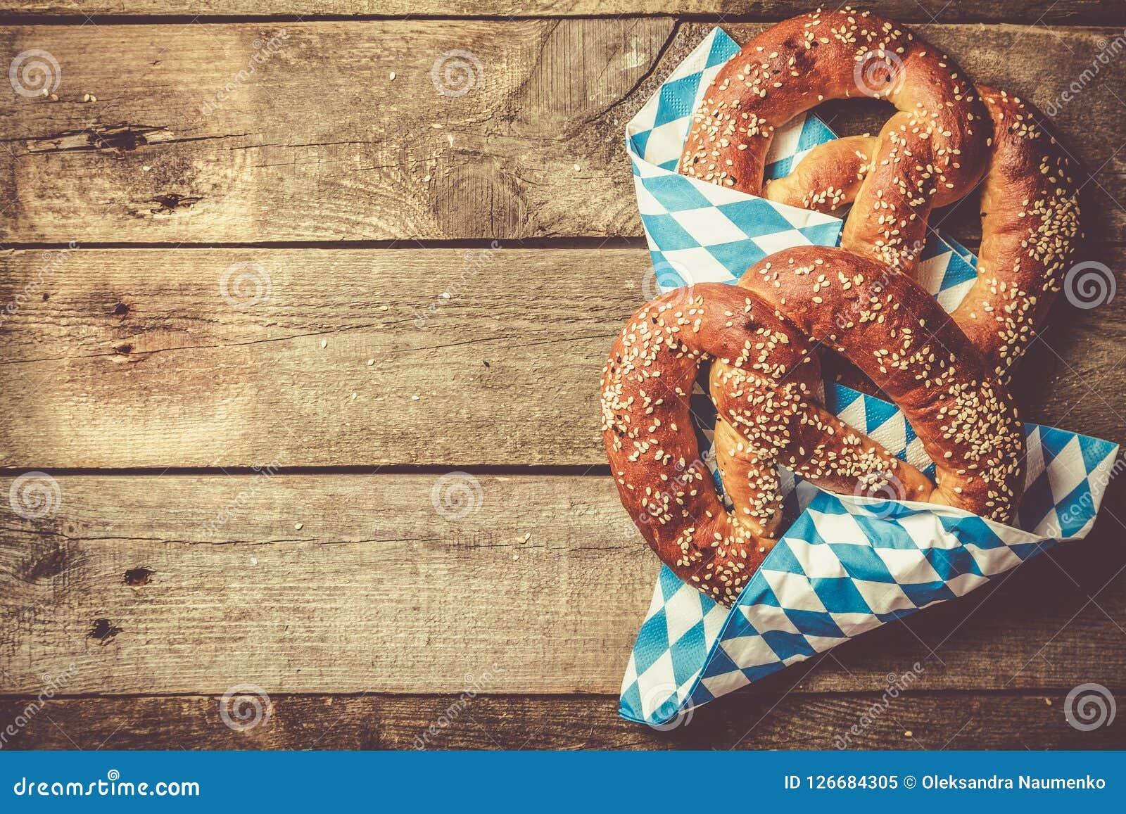 Conceito de Oktoberfest - pretzeis no fundo de madeira rústico
