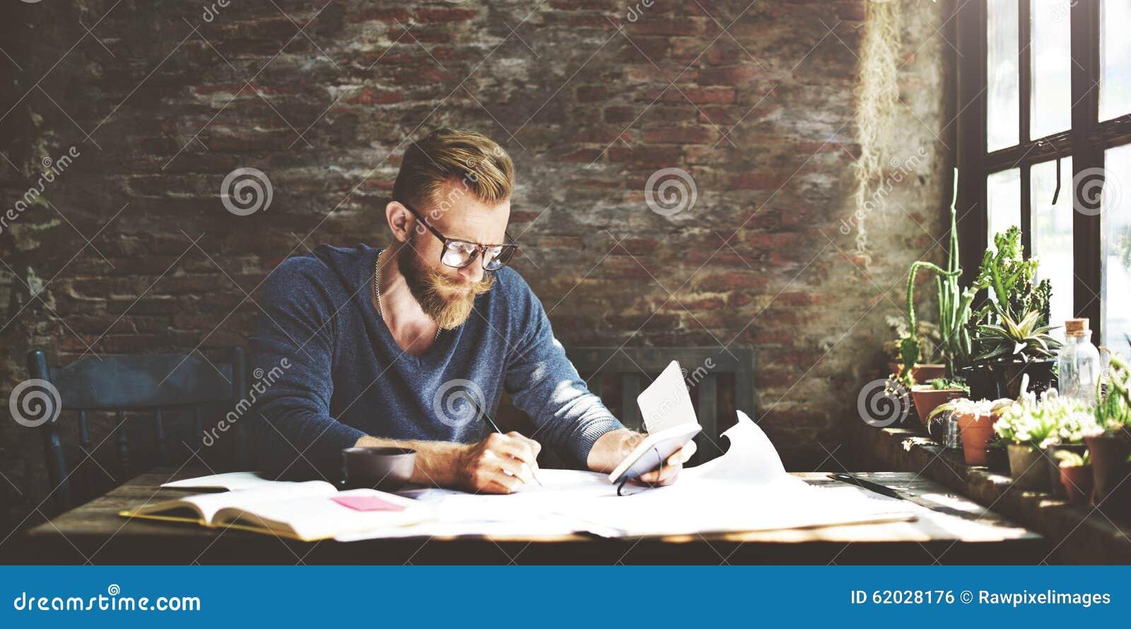 Conceito de trabalho de Determine Ideas Writing do homem de negócios
