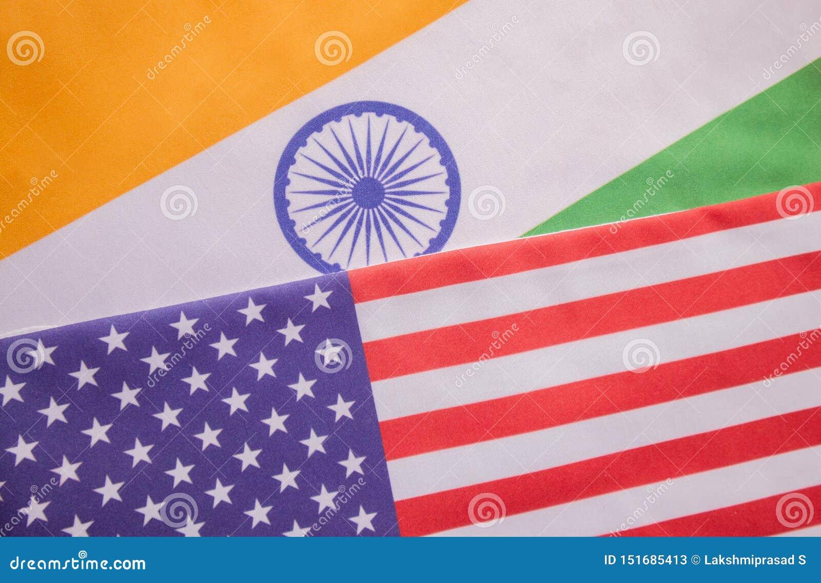 Conceito de um relacionamento bilateral entre dois países que mostram com duas bandeiras: Estados Unidos da América e Índia