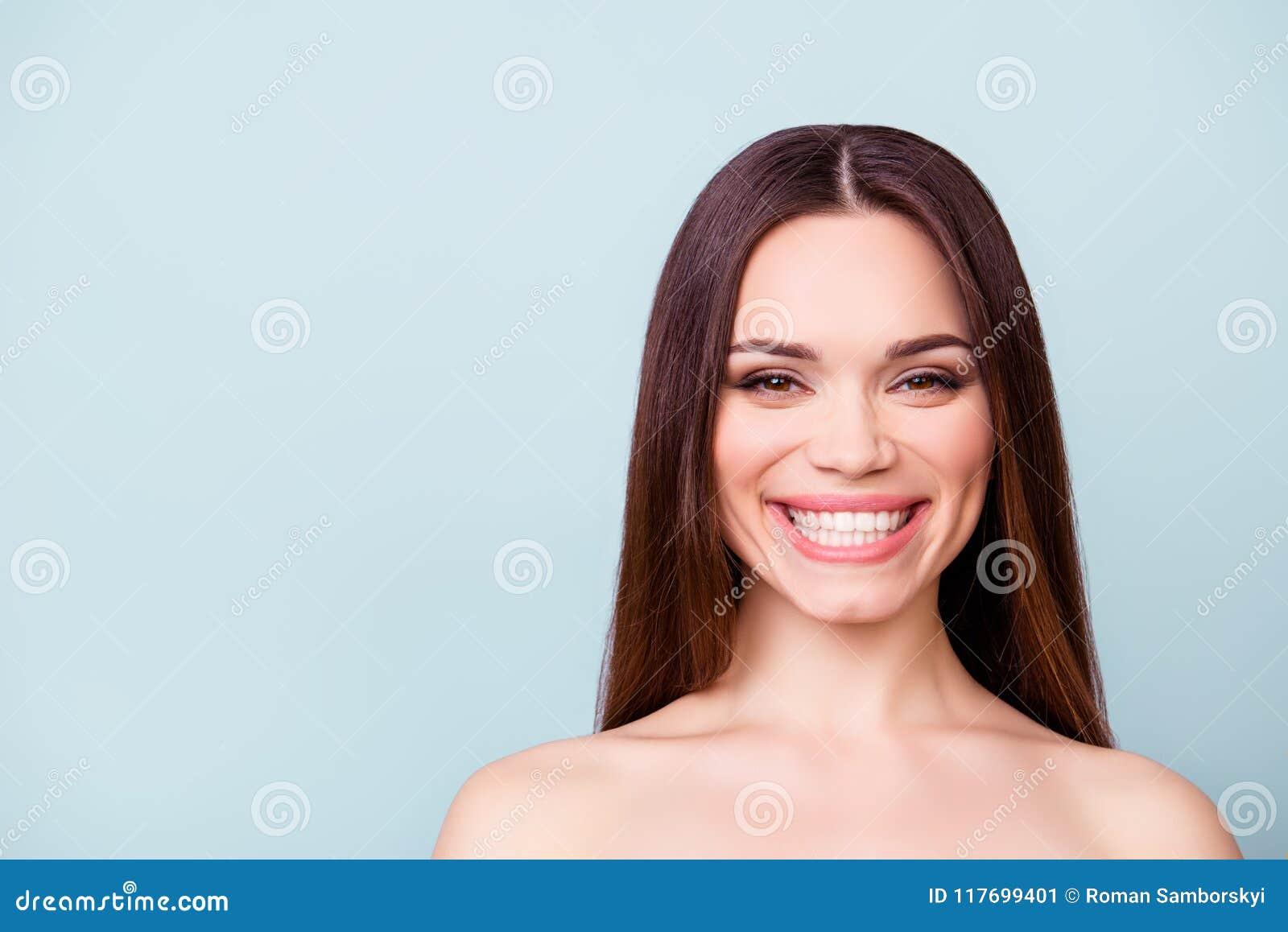 Conceito dental e da saúde Feche acima do retrato da morena nova l