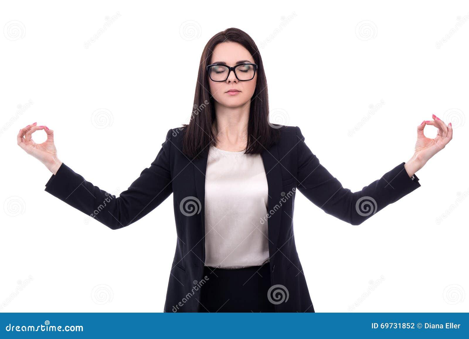 Conceito do abrandamento - mulher de negócio bonita que medita o isolado