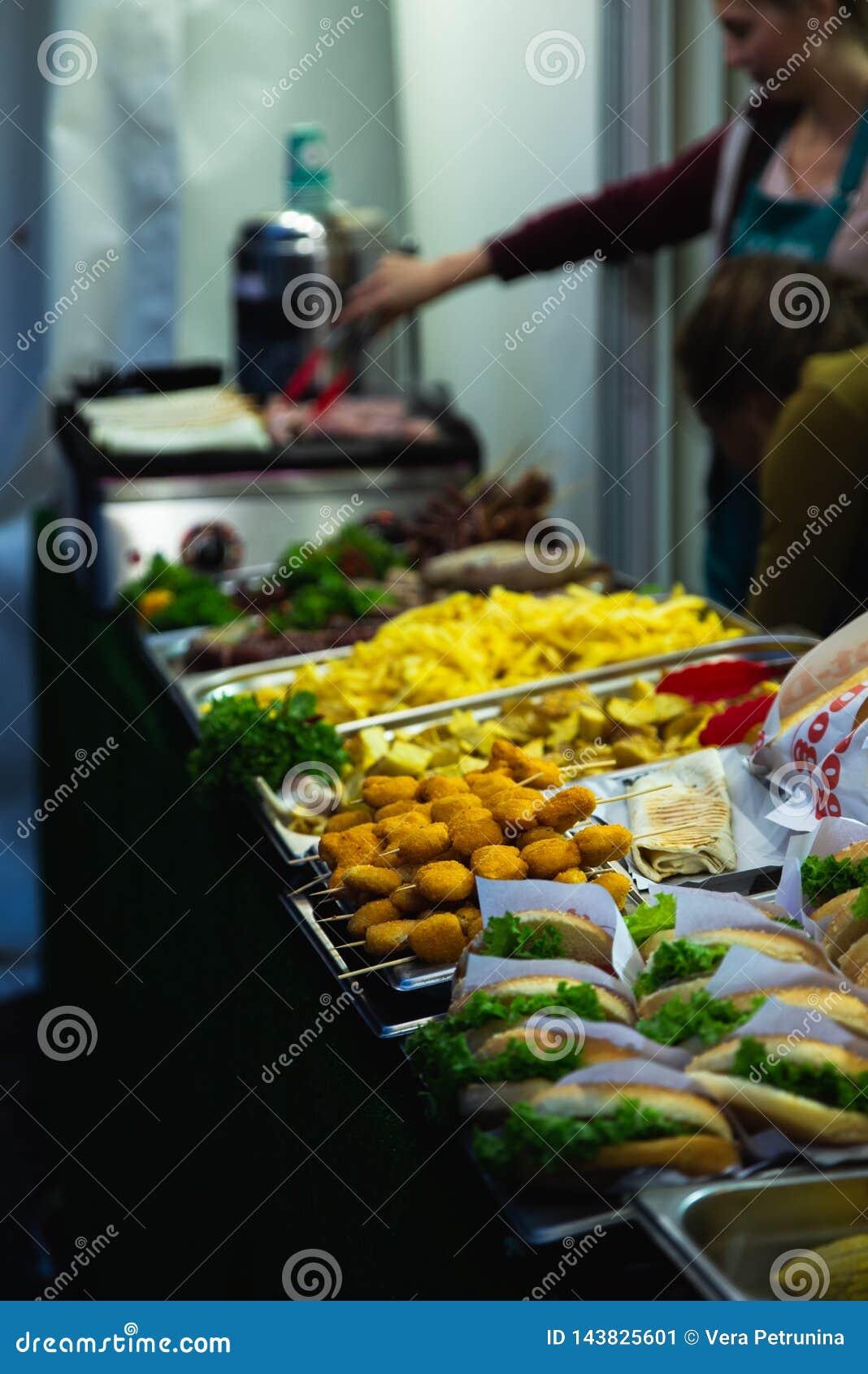 Conceito do alimento da rua povos que escolhem o fast food