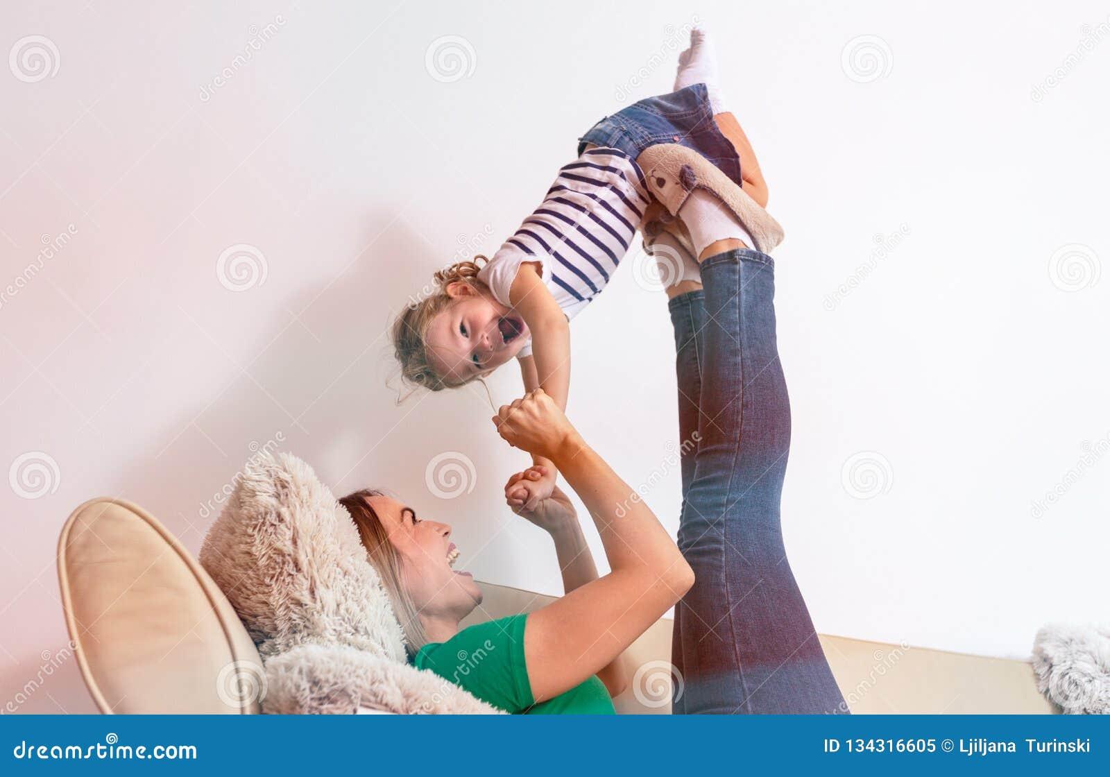 Conceito do amor da família - mãe e filha que têm o divertimento junto