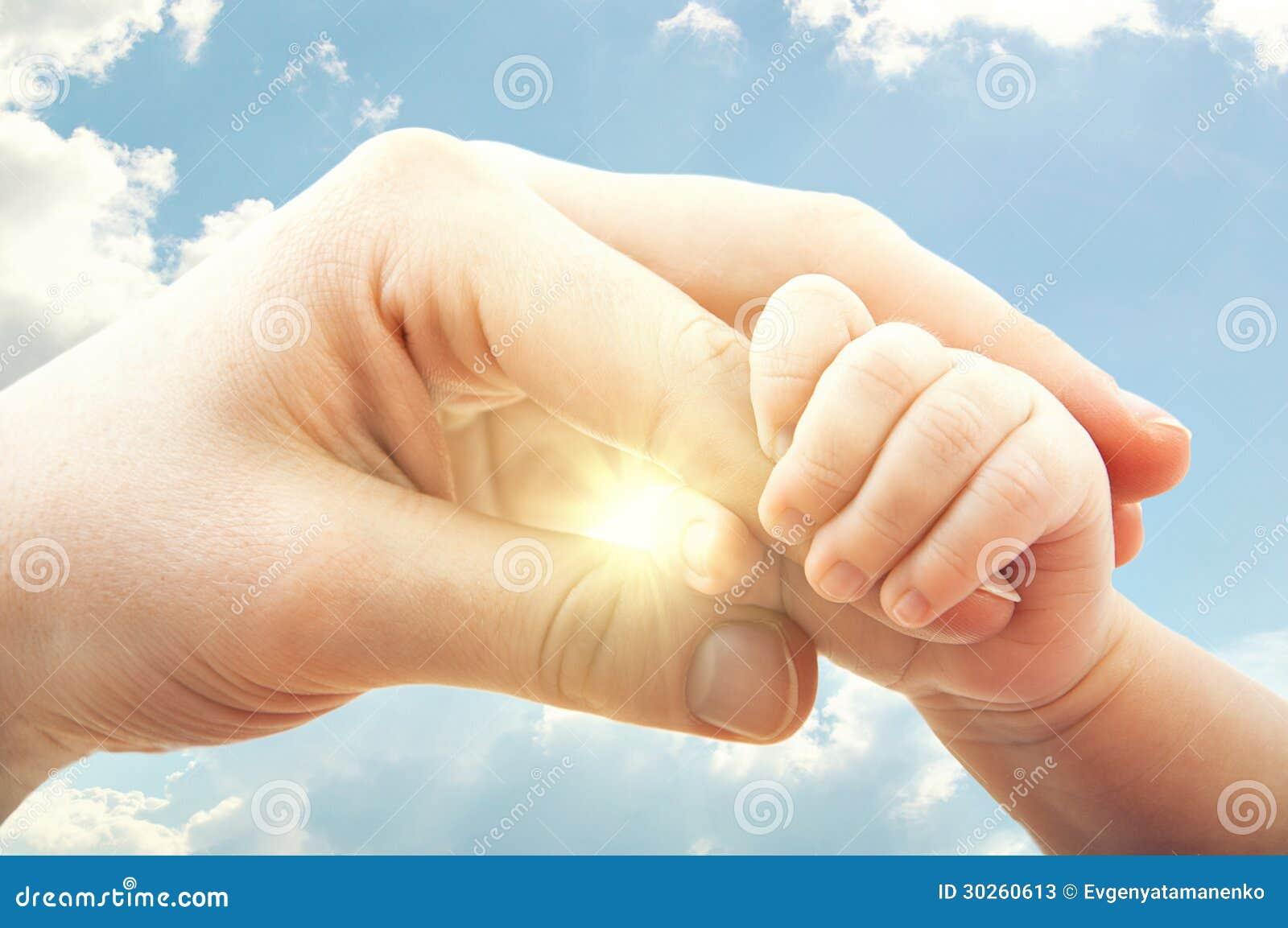 Conceito do amor e da família. mãos da mãe e do bebê