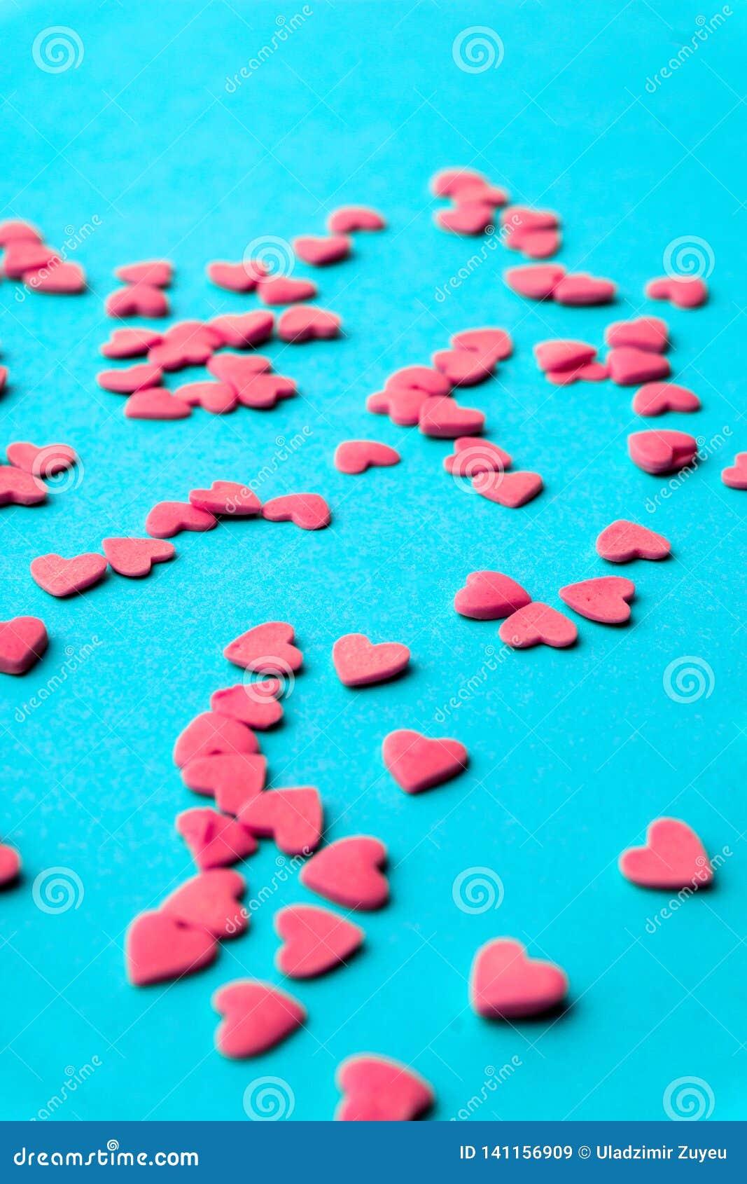 Conceito do amor mínimo Corações doces do açúcar em um fundo colorido Projeto da arte contemporânea