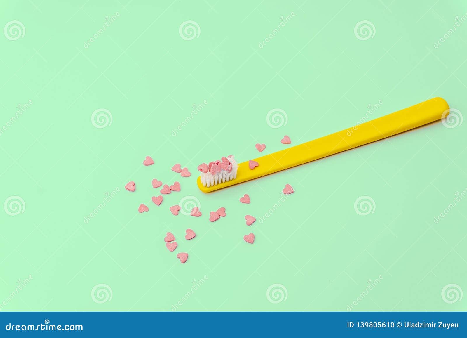 Conceito do amor mínimo Fundo colorido brilhante com corações do teethbrush e dos doces em cores do rosa e da turquesa