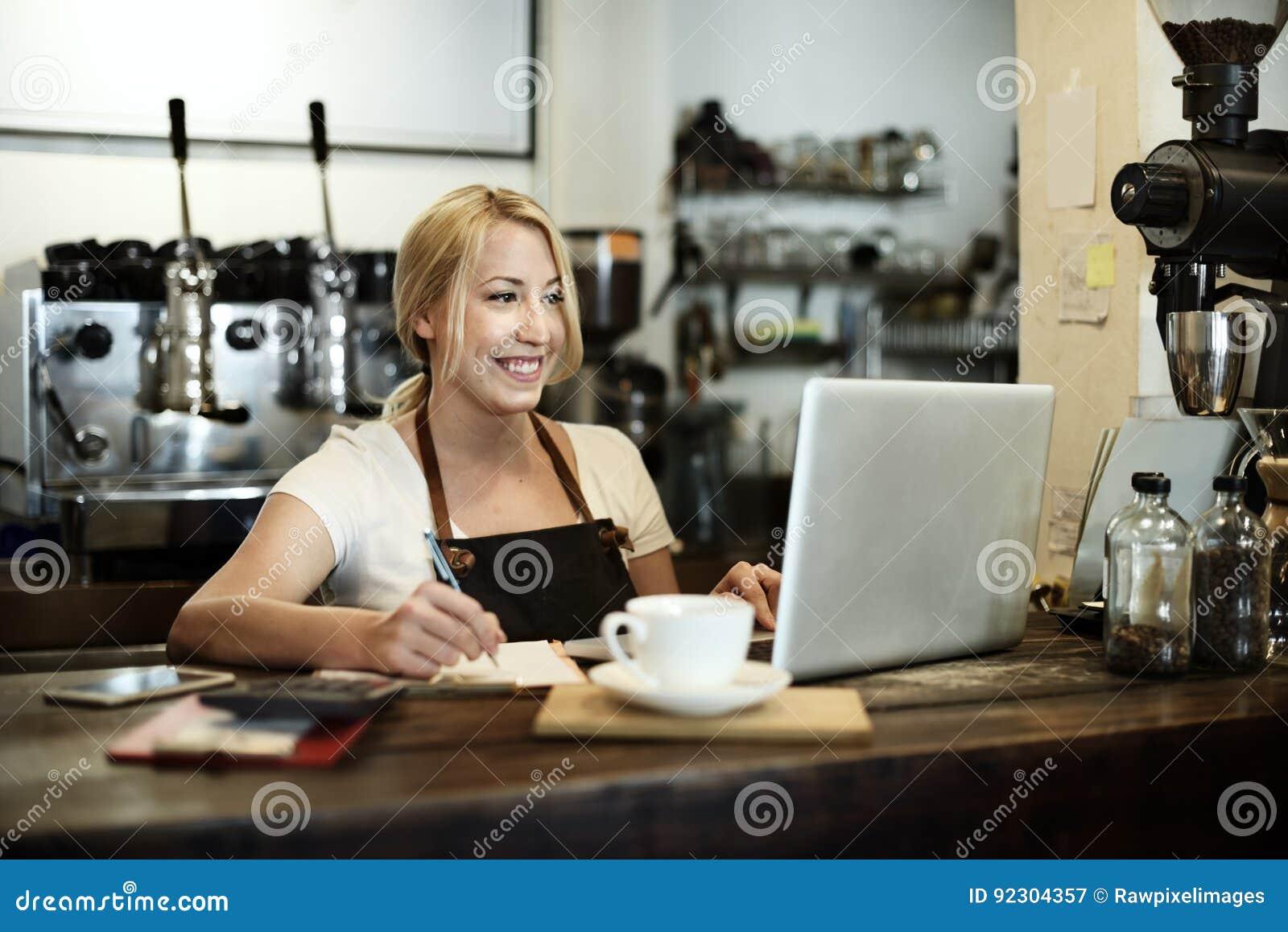Conceito do avental de Staff Serving Cafeteria do garçom do café do café
