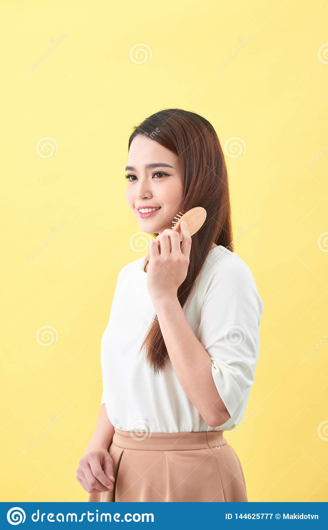 Conceito do bom cabelo saud?vel Mulher encantador bonita bonita com sorriso de irradia??o