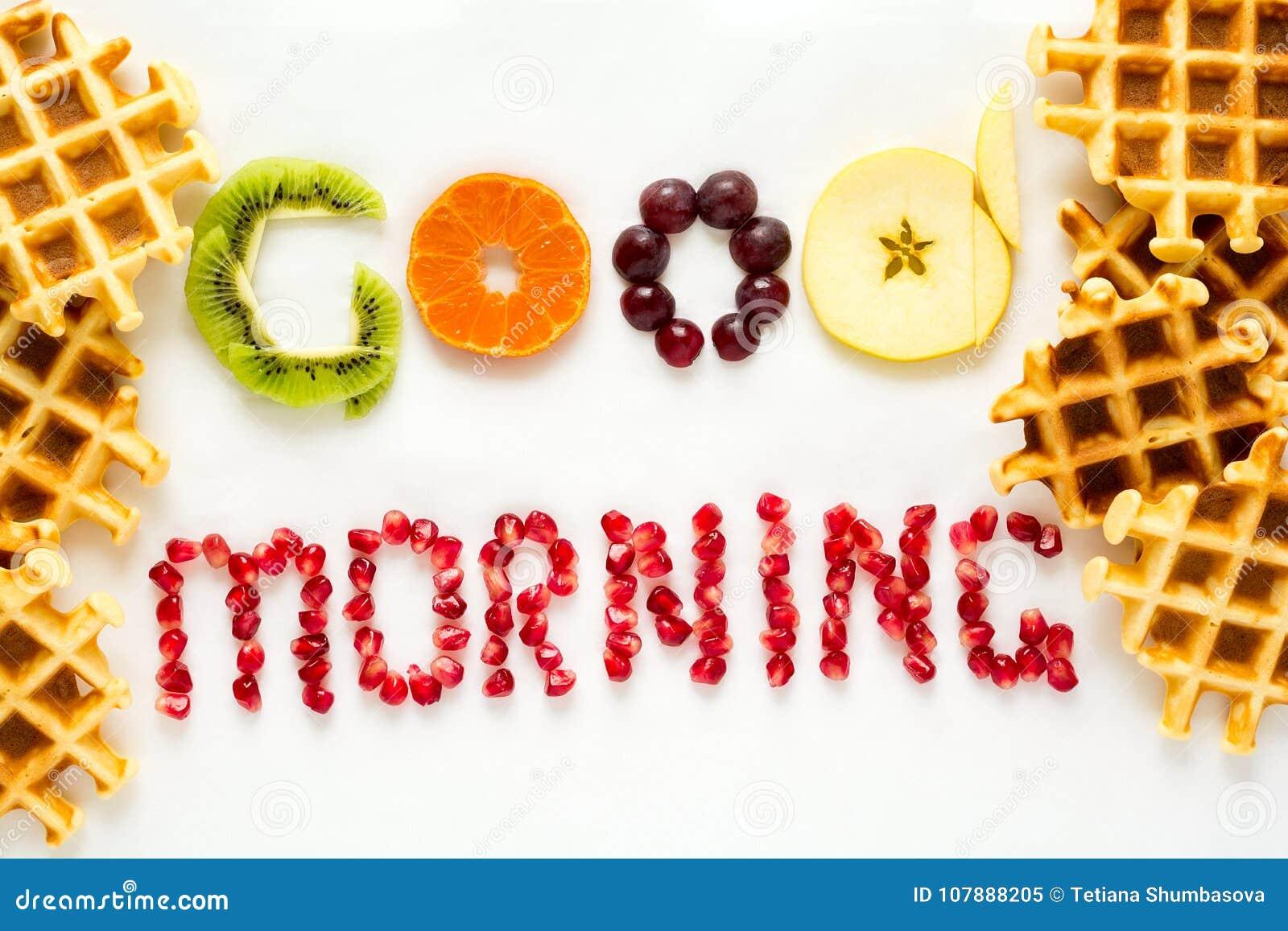 Conceito do bom dia Palavras do ` do bom dia do ` apresentadas com partes de sementes do fruto e da romã