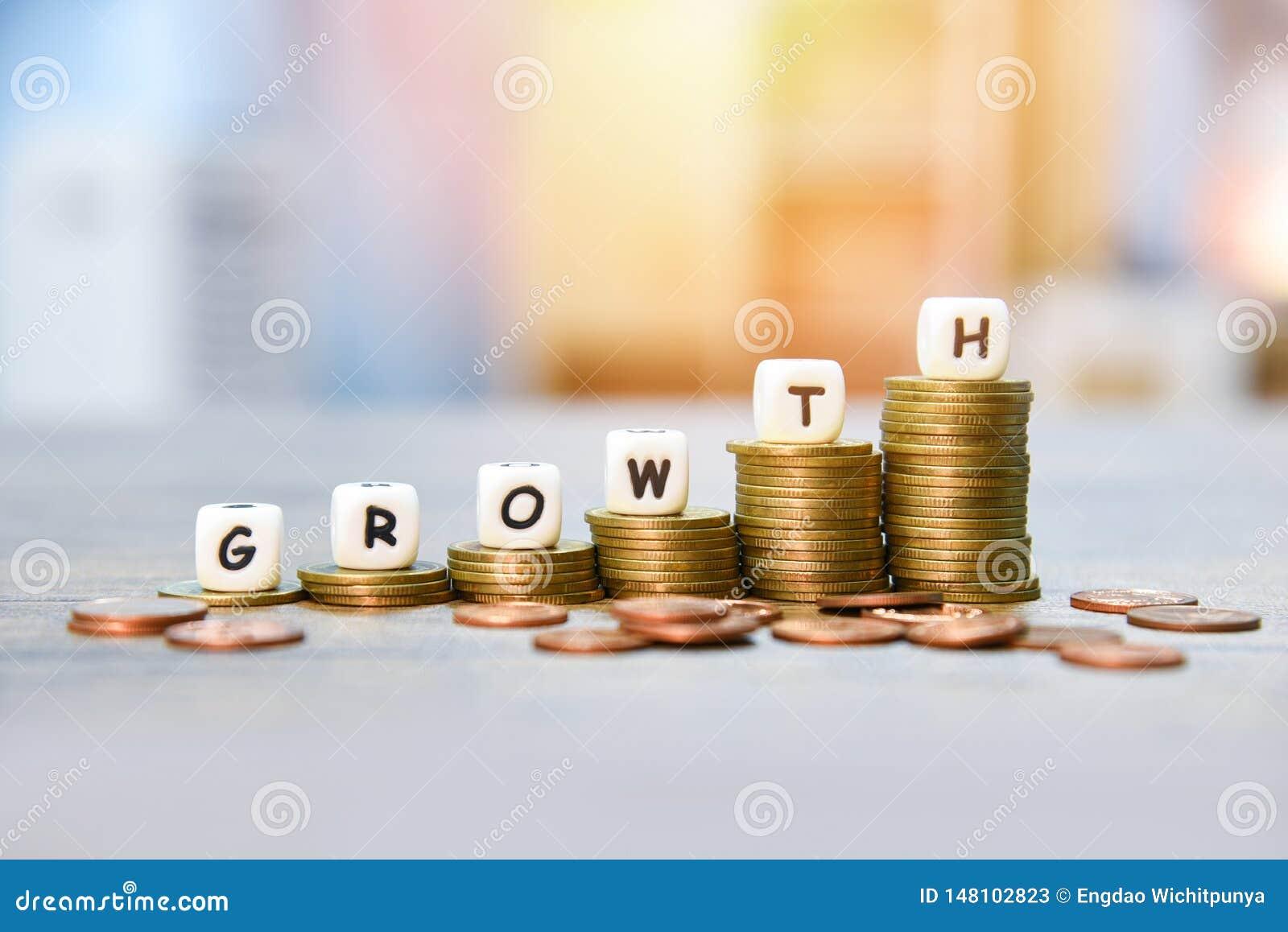Conceito do crescimento - pilha de crescimento dourado das moedas do gráfico do dinheiro do infographics acima da finança do negó