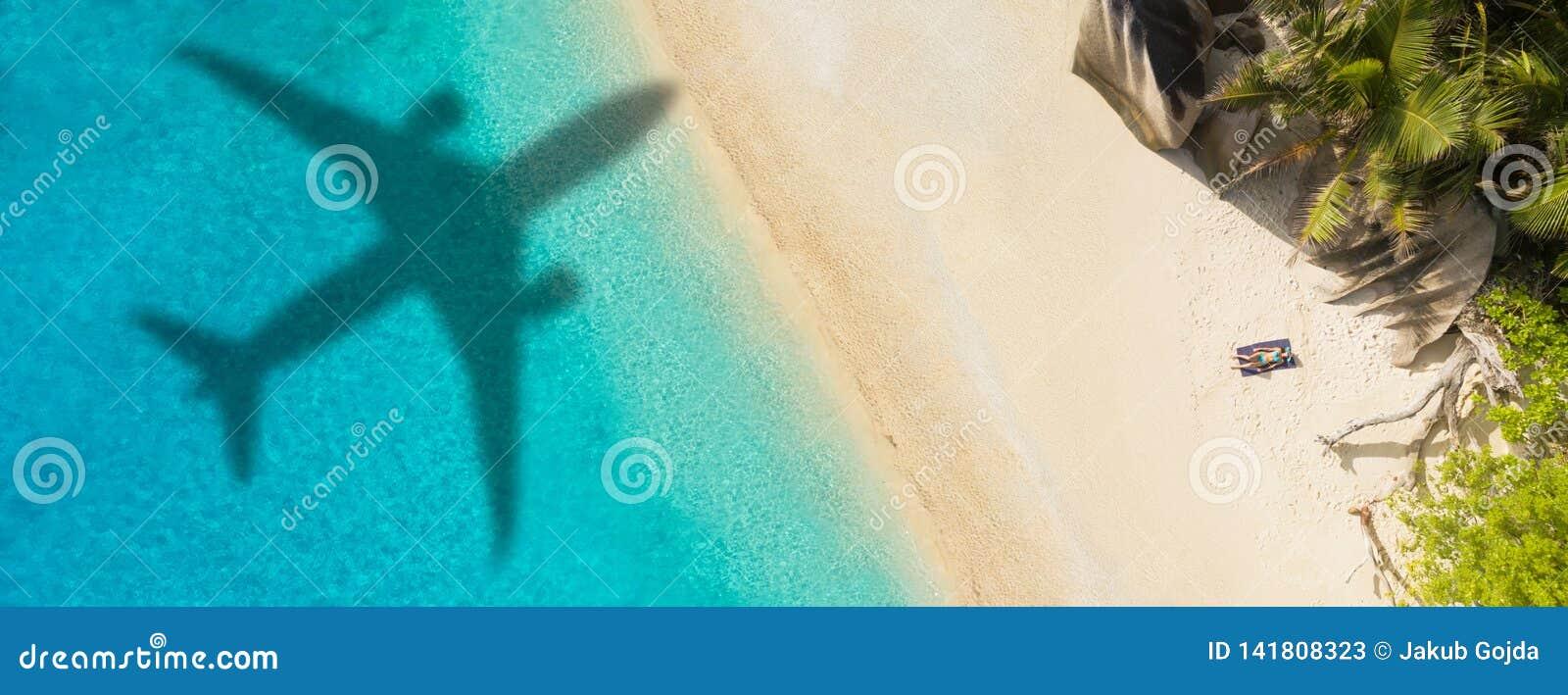 Conceito do curso do avião ao destino exótico
