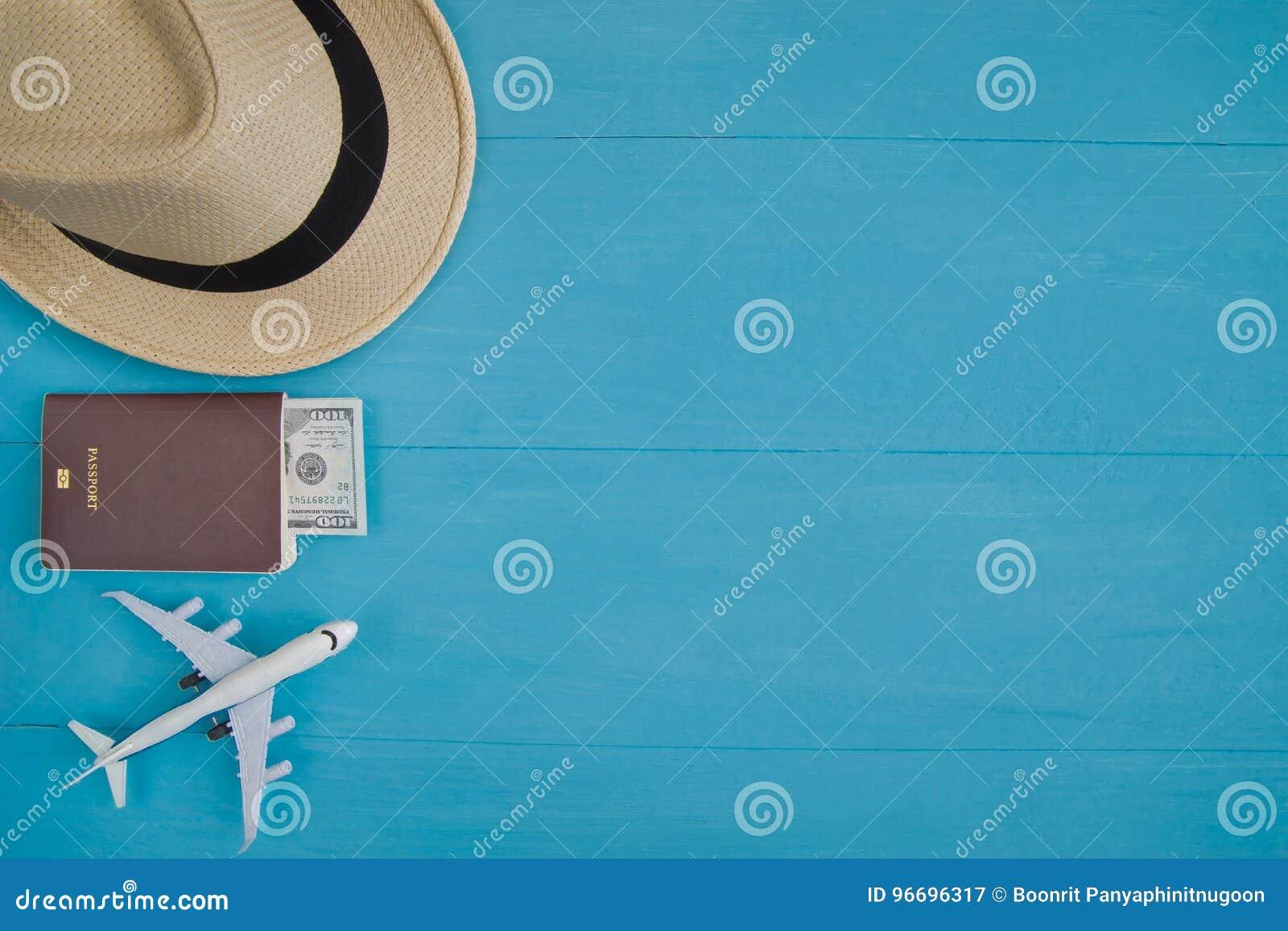 Conceito do curso: Configuração lisa do chapéu de palha, passaporte com dinheiro, pla