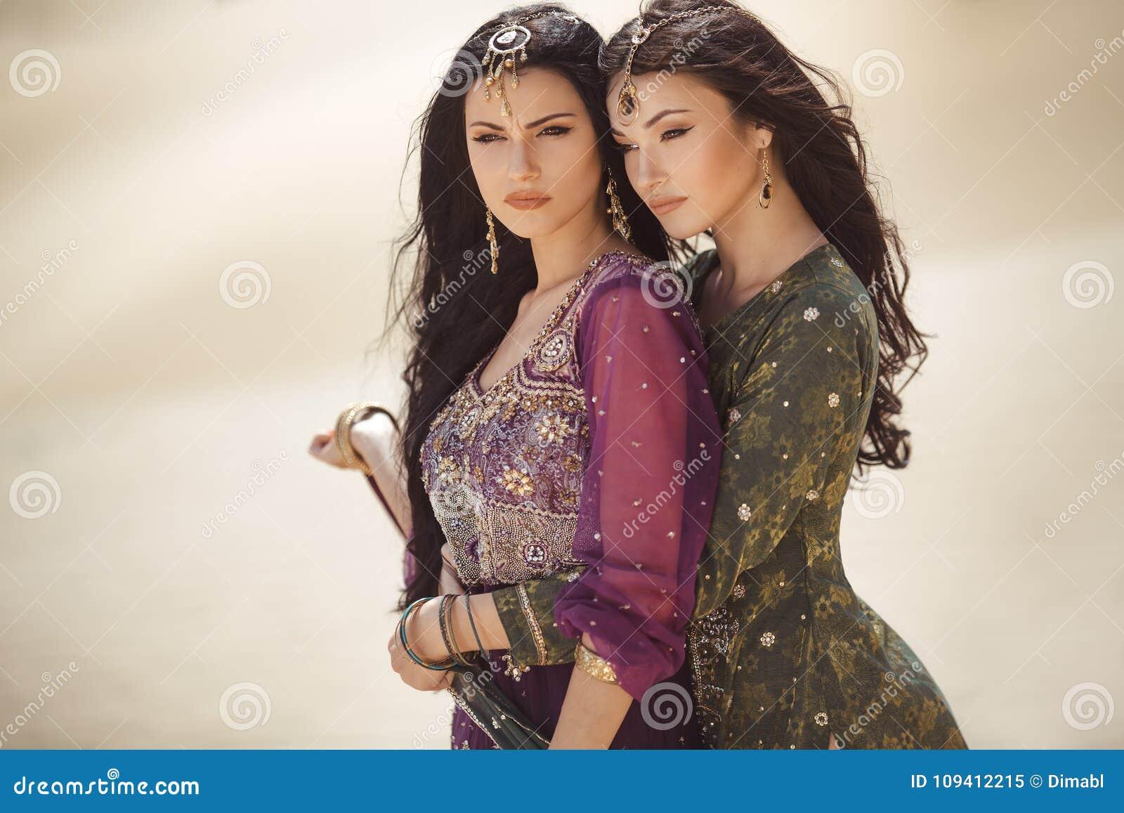 Conceito do curso Duas irmãs gordeous das mulheres que viajam no deserto Meninas árabes