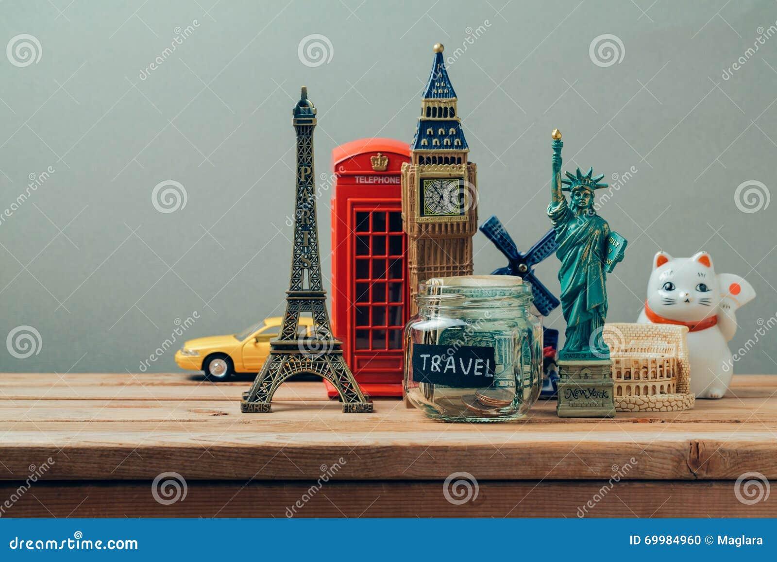 Conceito do curso e do turismo com lembranças de todo o mundo Férias de verão do planeamento, conceito da viagem do orçamento do