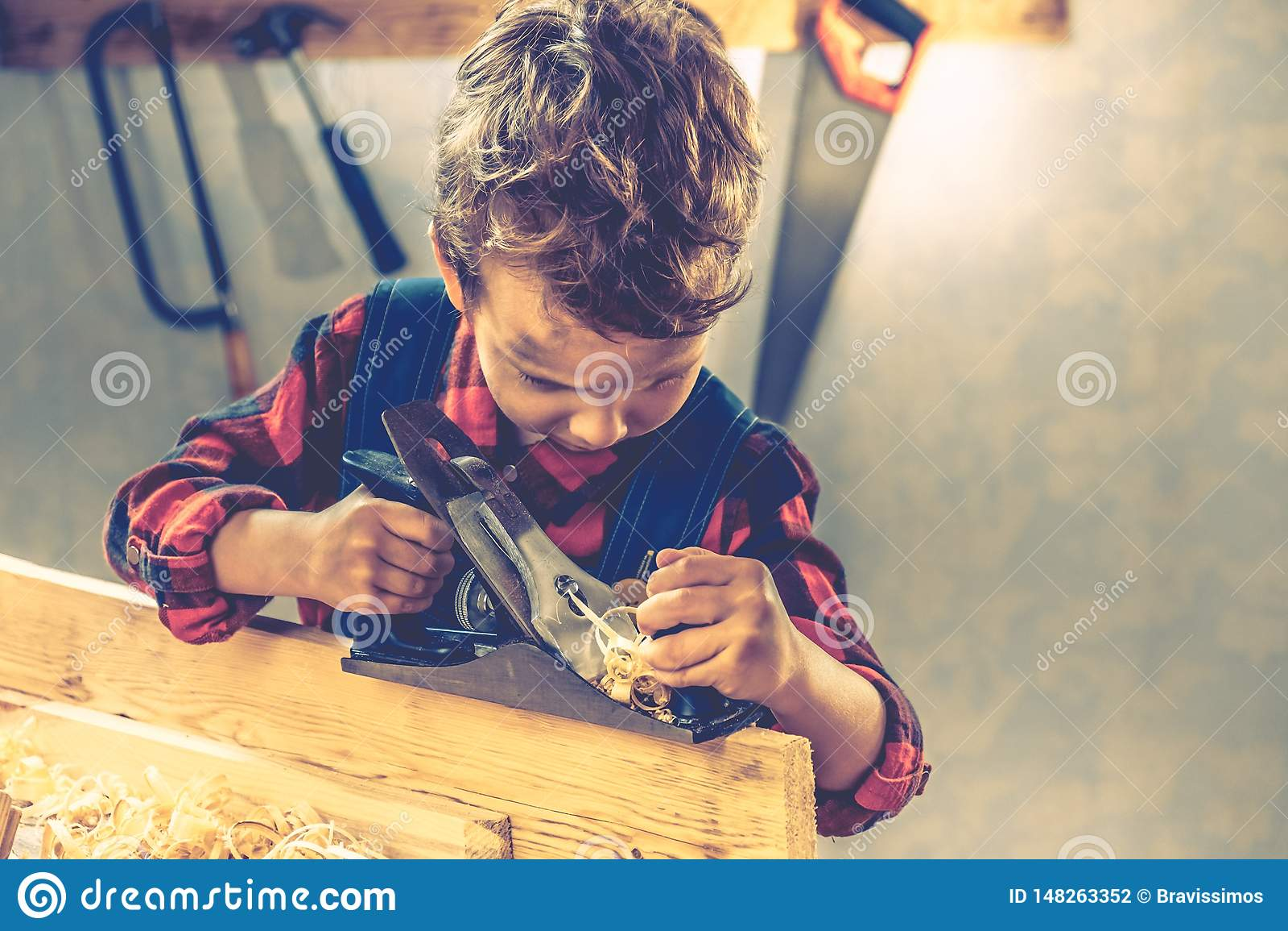 Conceito do dia de pais da criança, ferramenta do carpinteiro, casa
