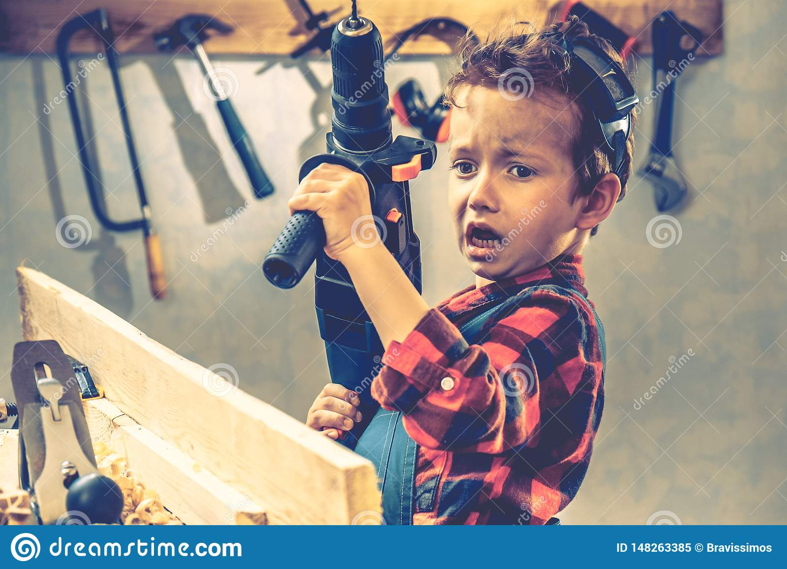 Conceito do dia de pais da criança, ferramenta do carpinteiro, diy