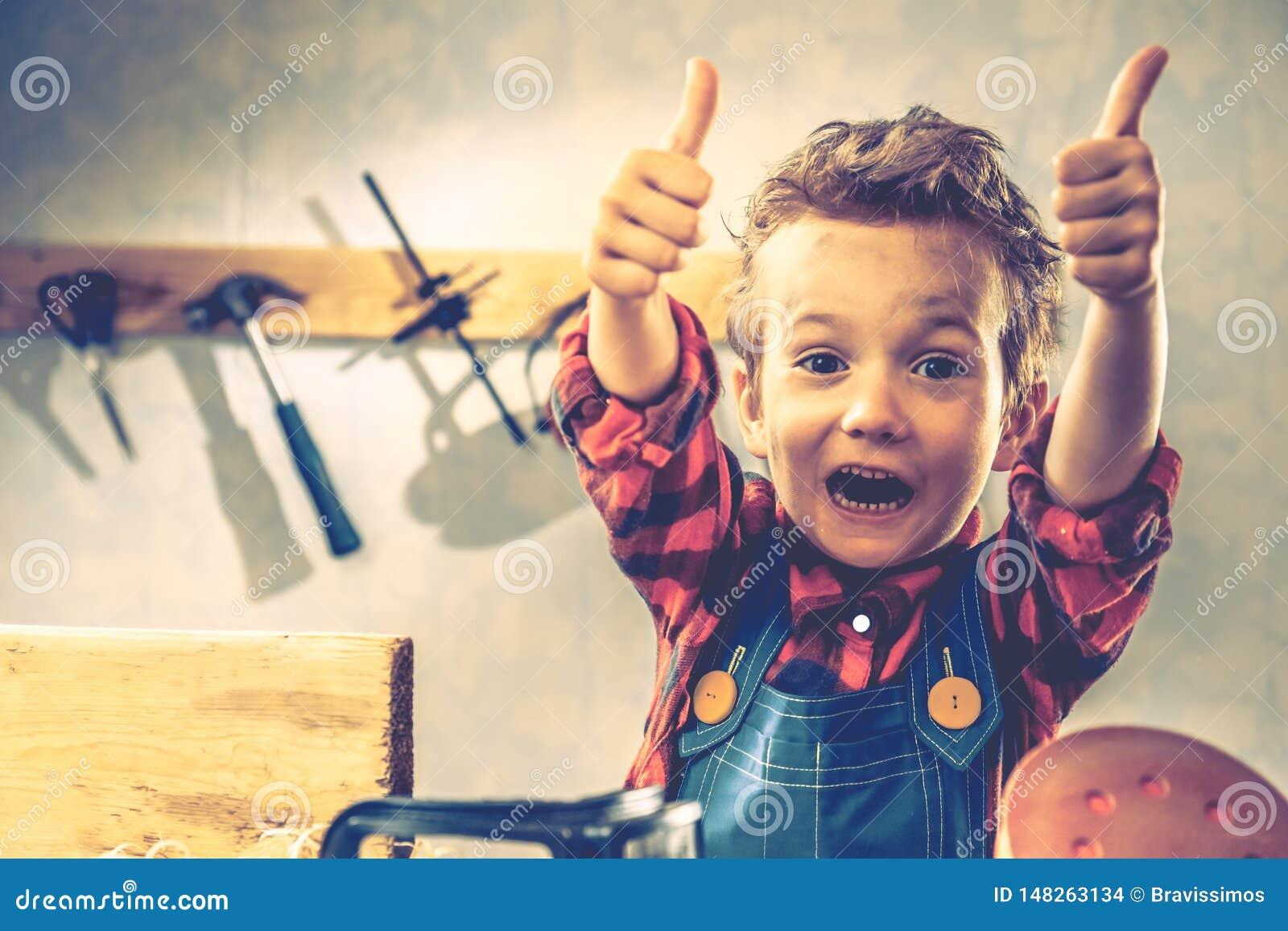 Conceito do dia de pais da criança, ferramenta do carpinteiro, criança pouco