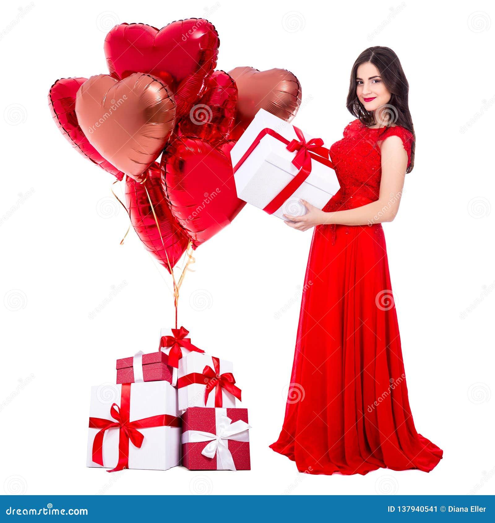 Conceito do dia de Valentim - retrato completo do comprimento da mulher alegre no vestido vermelho com as caixas de presente e os