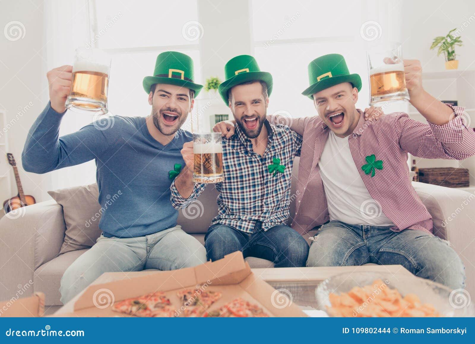 Conceito do dia do ` s de St Patrick Indivíduos alegres que bebem a cerveja