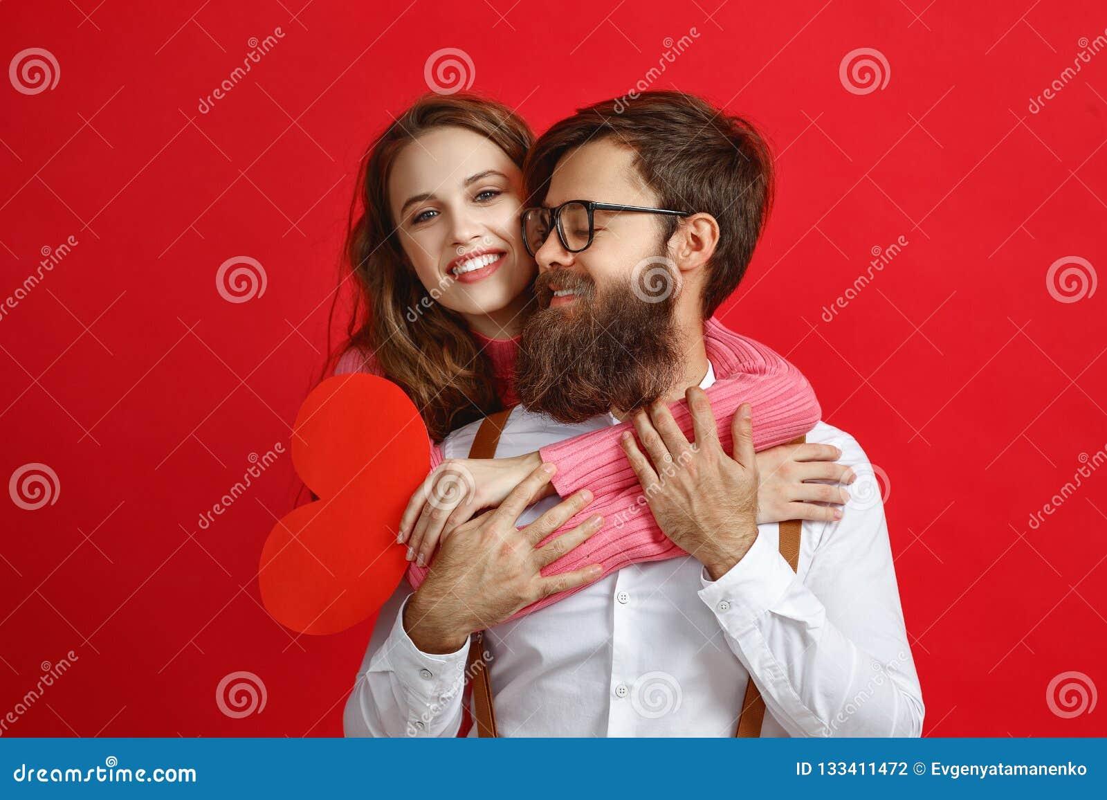Conceito do dia do ` s do Valentim pares novos felizes com coração, flores