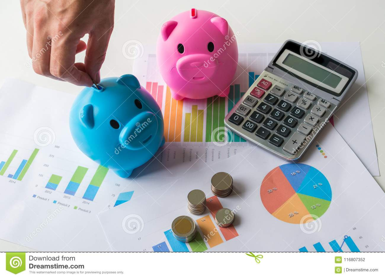 Conceito do dinheiro da economia com o mealheiro azul e cor-de-rosa com calculadora