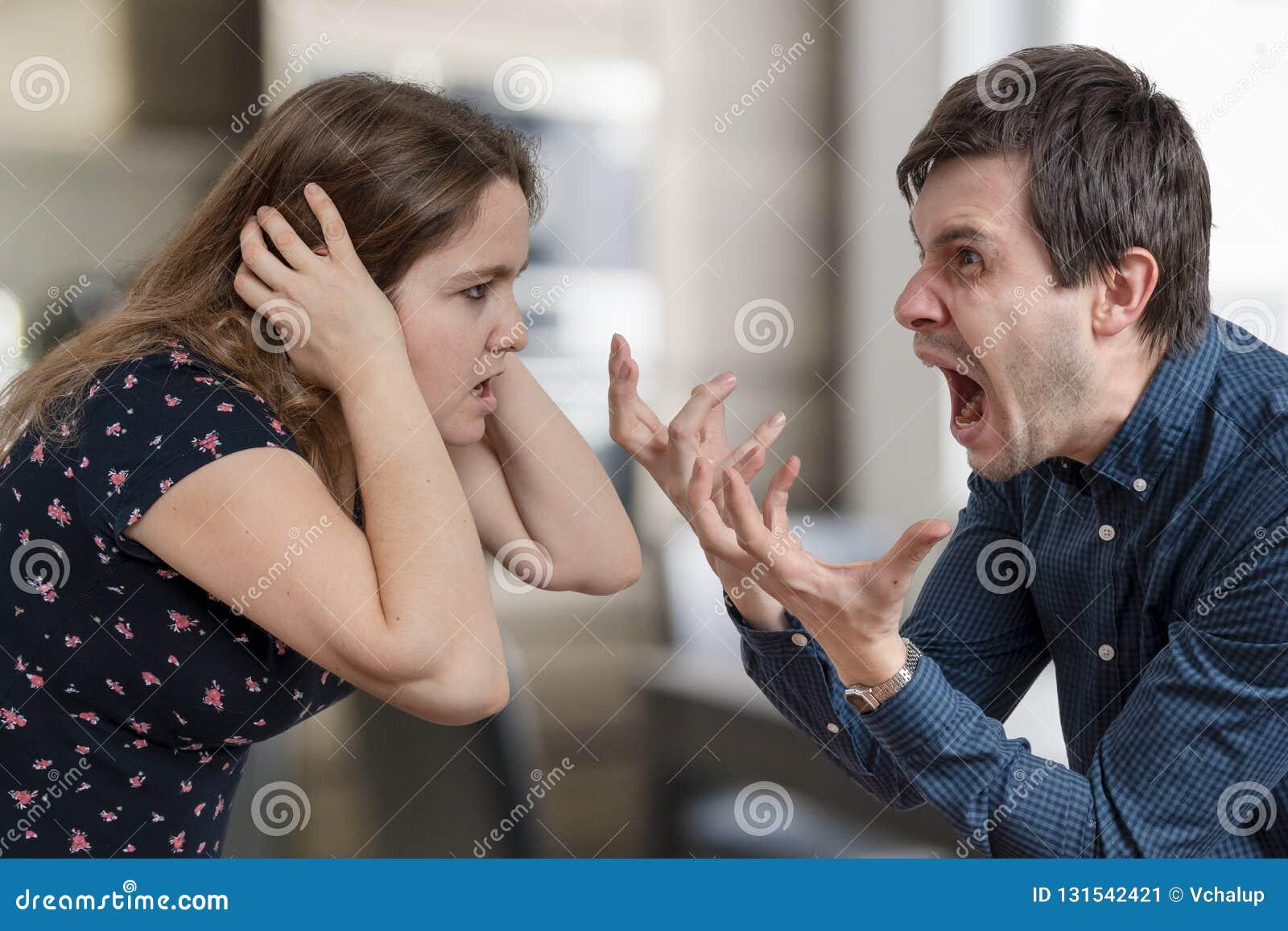 Conceito do divórcio Argumentação e gritaria irritadas novas dos pares