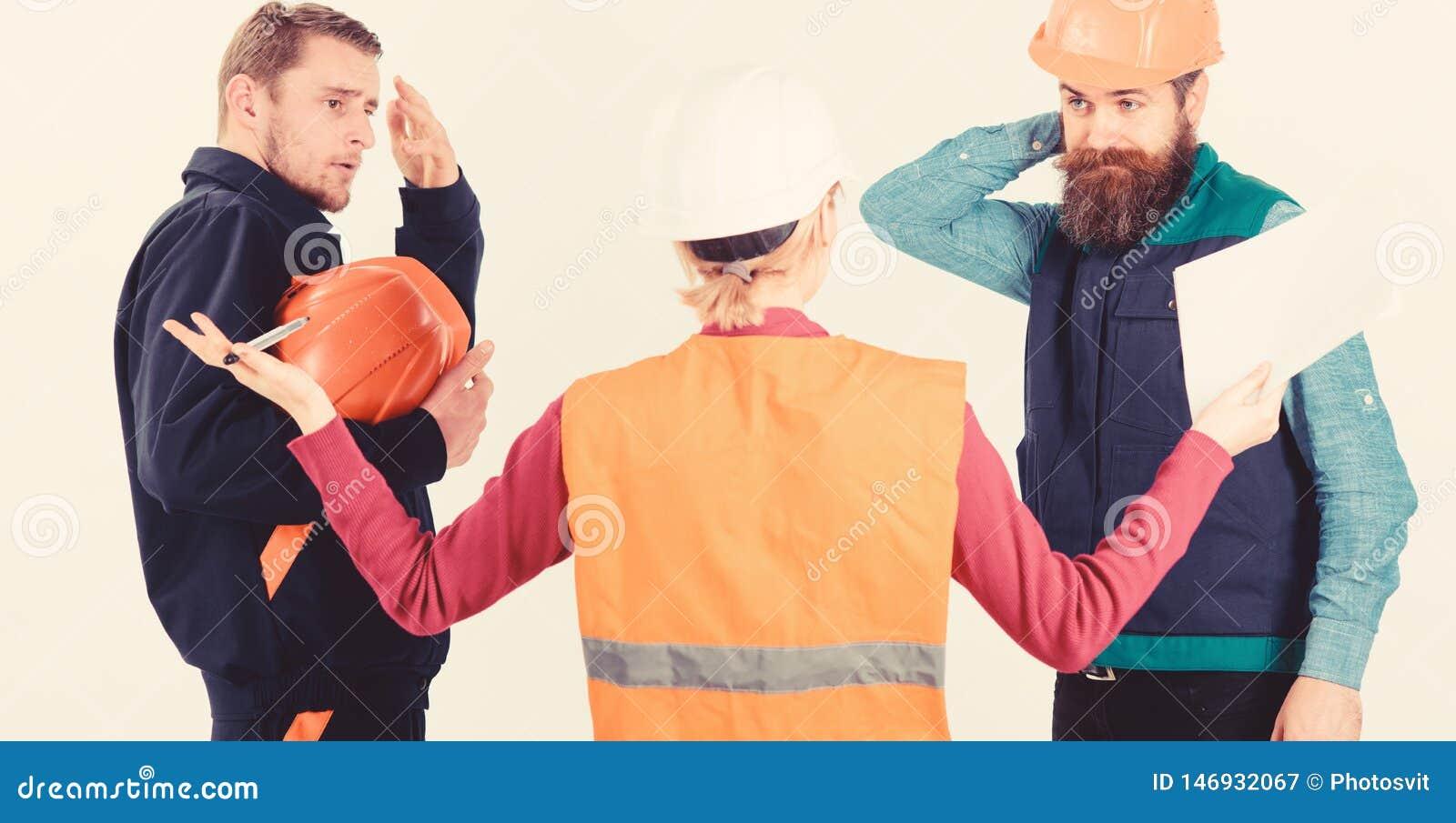 Conceito do engano Construtores e coordenador que discutem, entendendo mal