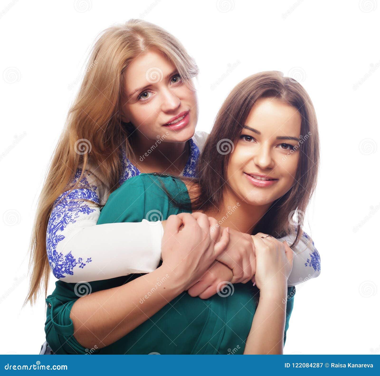 Conceito do estilo de vida, da felicidade, o emocional e dos povos: duas meninas do moderno da beleza, tiro do estúdio