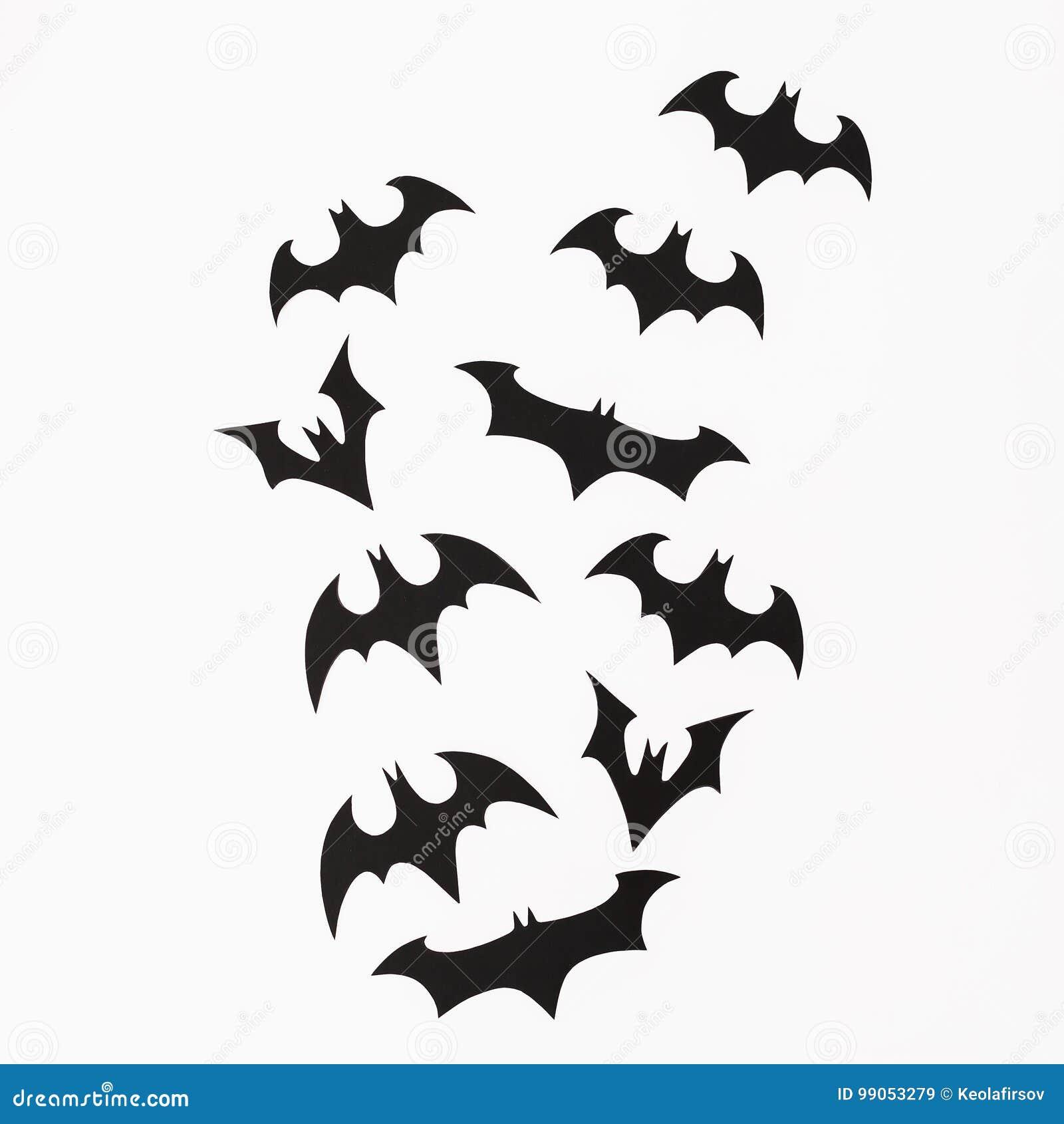 Conceito do feriado de Dia das Bruxas Bastões pretos feitos a mão no fundo branco Configuração lisa, vista superior