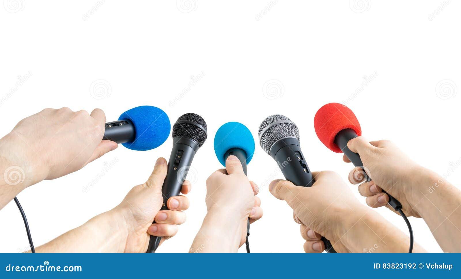 Conceito do jornalismo e da conferência Muitos microfones da posse das mãos do repórter
