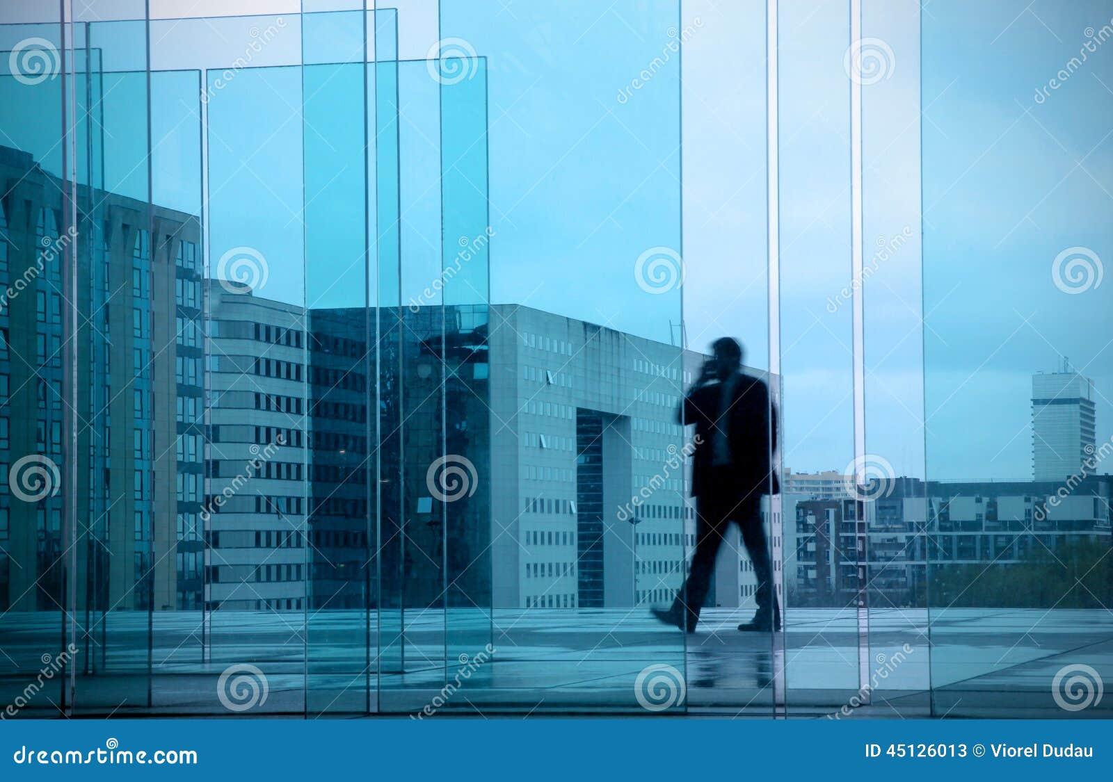 Conceito do negócio com o homem de negócios no prédio de escritórios