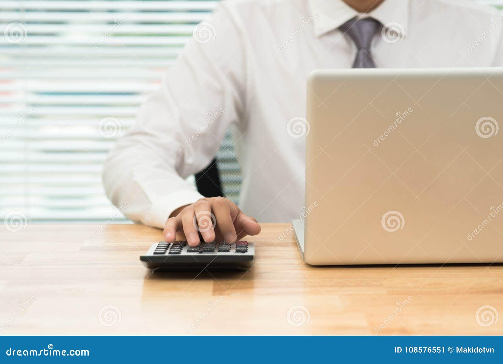 Conceito do negócio do funcionamento do escritório, homem de negócios que usa a calculadora
