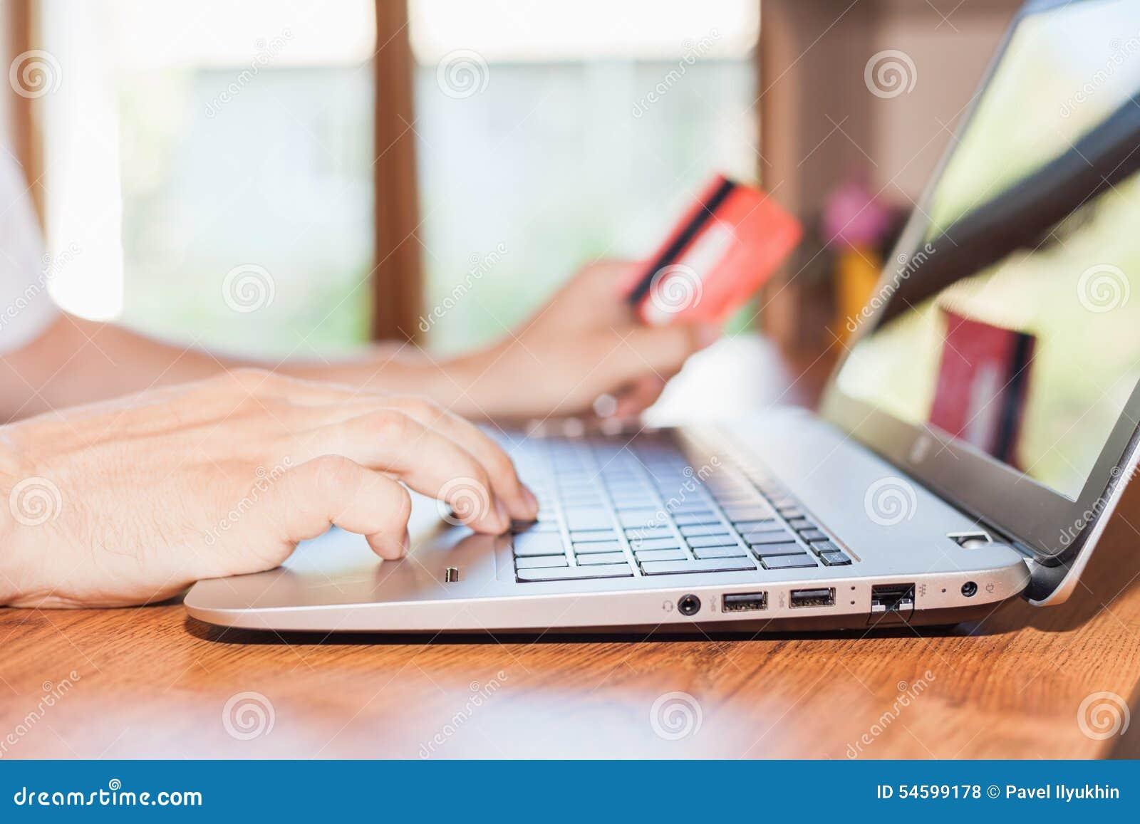 Conceito do pagamento em linha pelo cartão plástico com os Internet banking