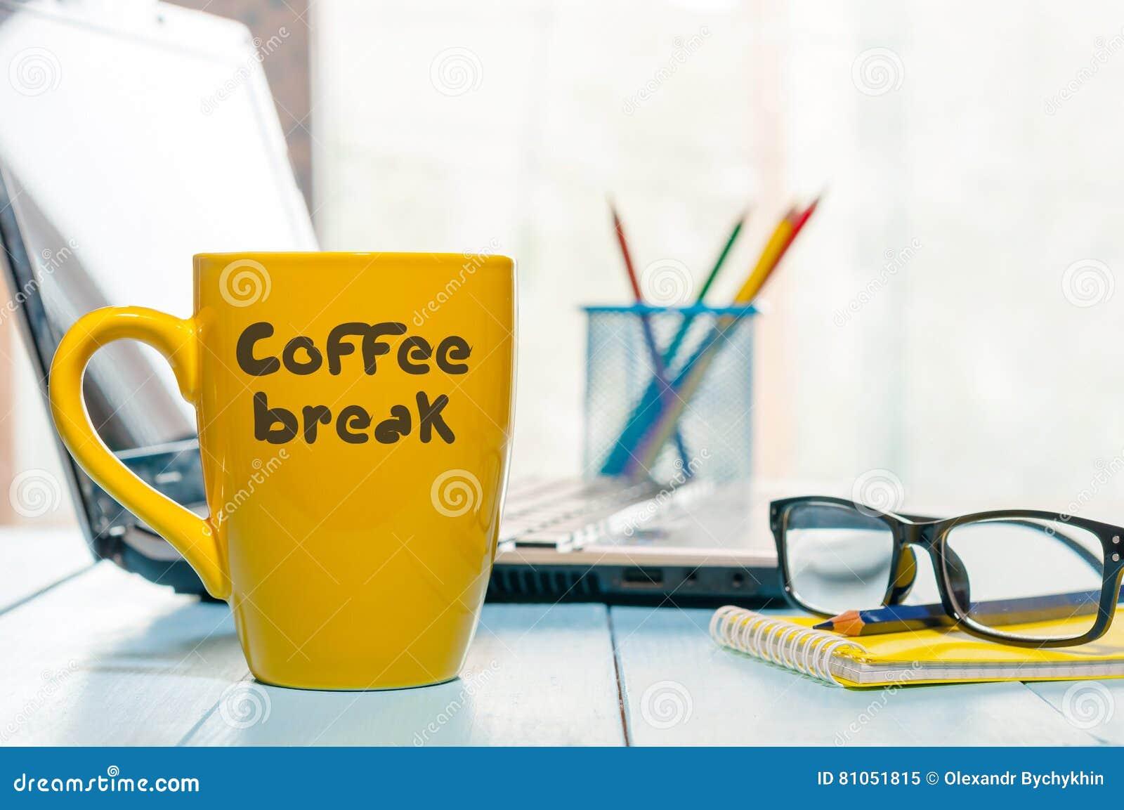 Conceito do repouso do relevo do resto do abrandamento da ruptura de café Copo quente da bebida da manhã no fundo da casa ou do e