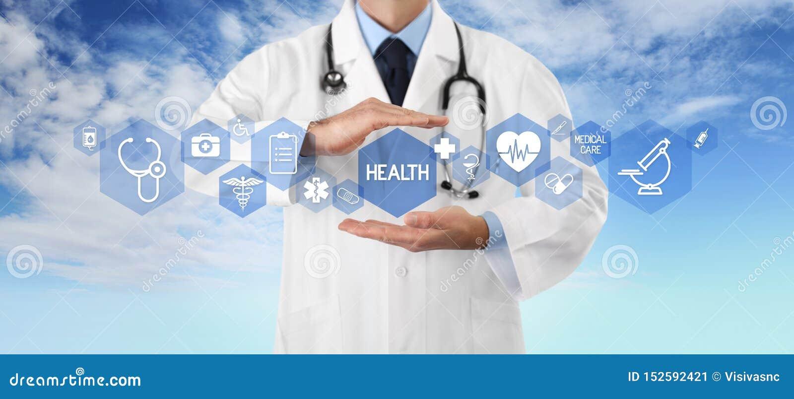 Conceito do seguro da cobertura médica, doutor das mãos cobrindo símbolos e ícones no fundo do céu, no espaço da cópia e no molde