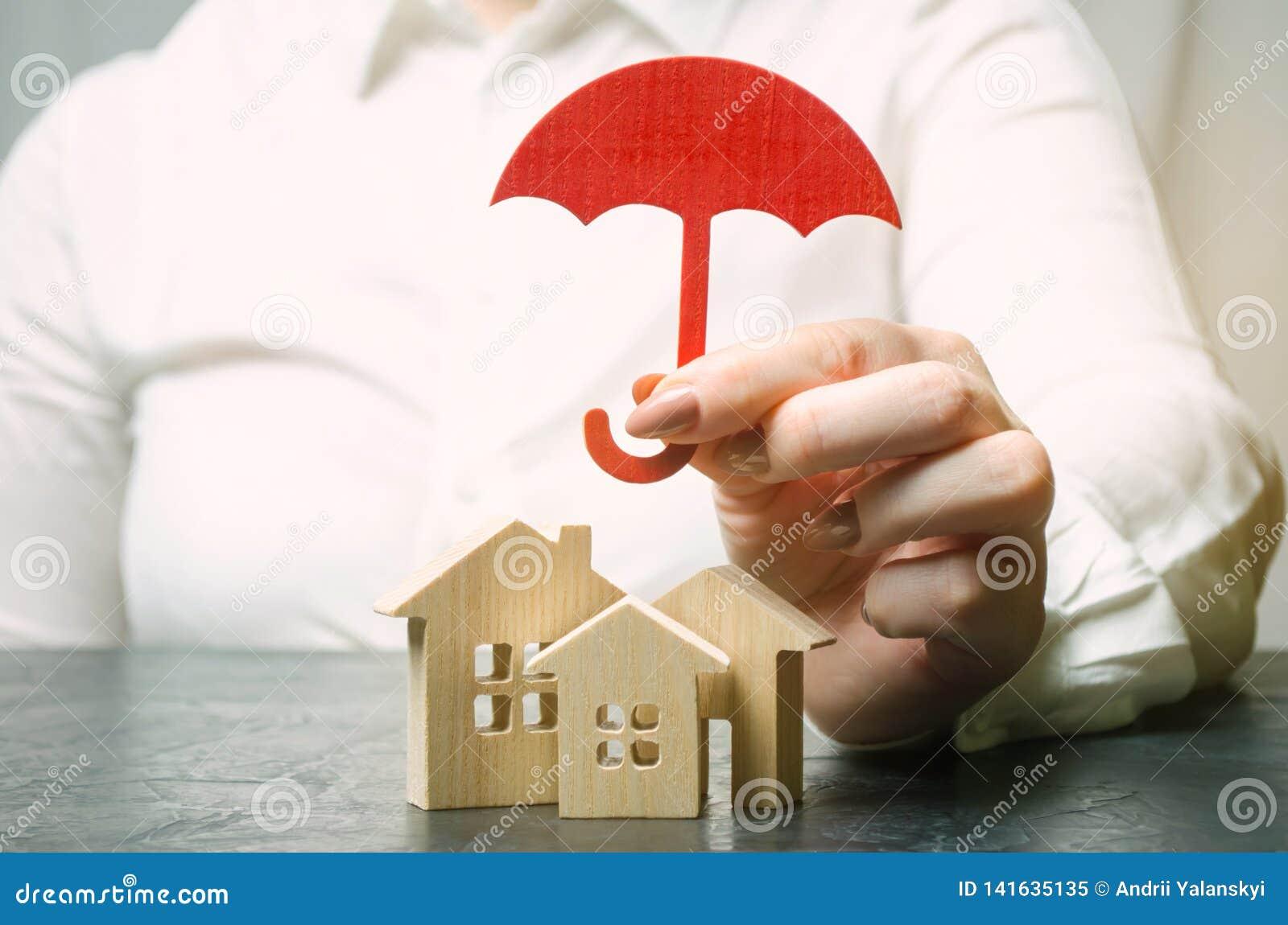 Conceito do seguro patrimonial Proteção da HOME Abrigando o apoio Serviços do agente de seguros segurança e segurança De madeira