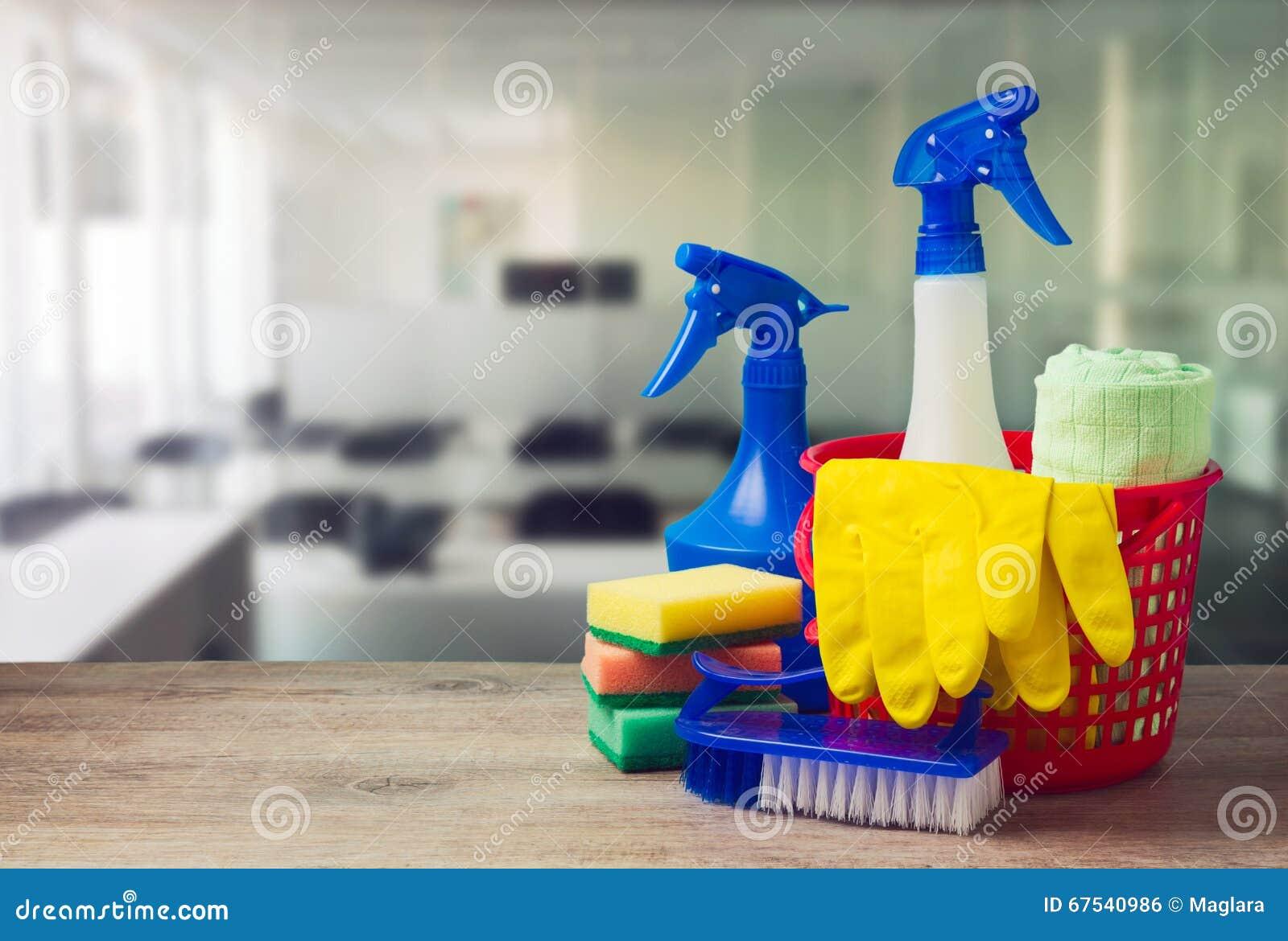Conceito do serviço da limpeza do escritório com fontes