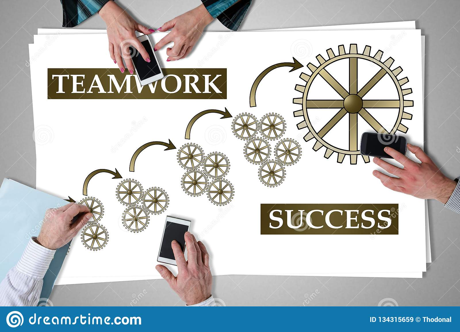 Conceito do sucesso dos trabalhos de equipe colocado em uma mesa