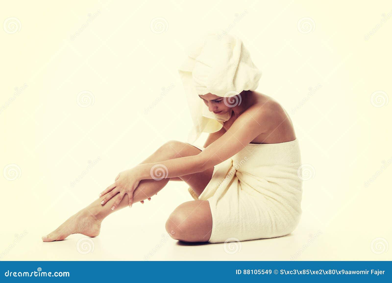 Conceito do tratamento da medicina alternativa e do corpo Jovem mulher de Atractive após o chuveiro com toalha