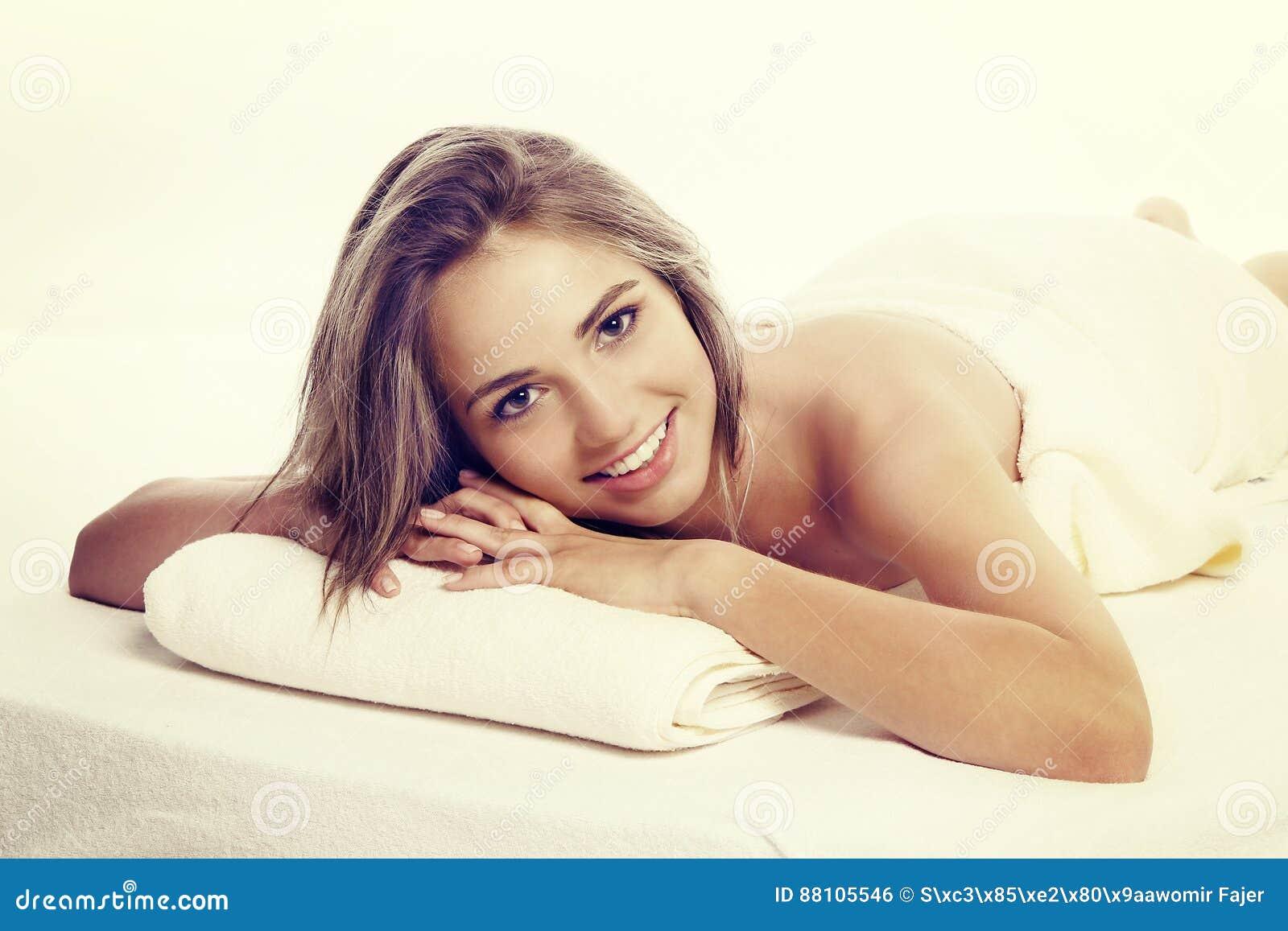 Conceito do tratamento do corpo Jovem mulher bonita que encontra-se na parte dianteira e que olha a câmera
